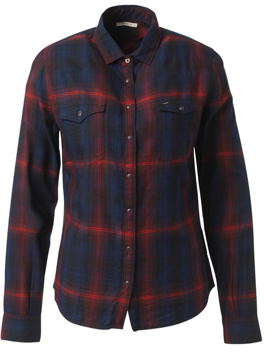 РубашкаL47WLGPDСтильная женская рубашка Lee, выполнена из хлопка с добавлением модала. Модель классического кроя с отложным воротником застегивается на кнопки по всей длине. Рубашка дополнена двумя накладными карманами на груди. Длинные рукава рубашки дополнены манжетами на пуговицах. Оформлена модель интересным принтом в клетку.