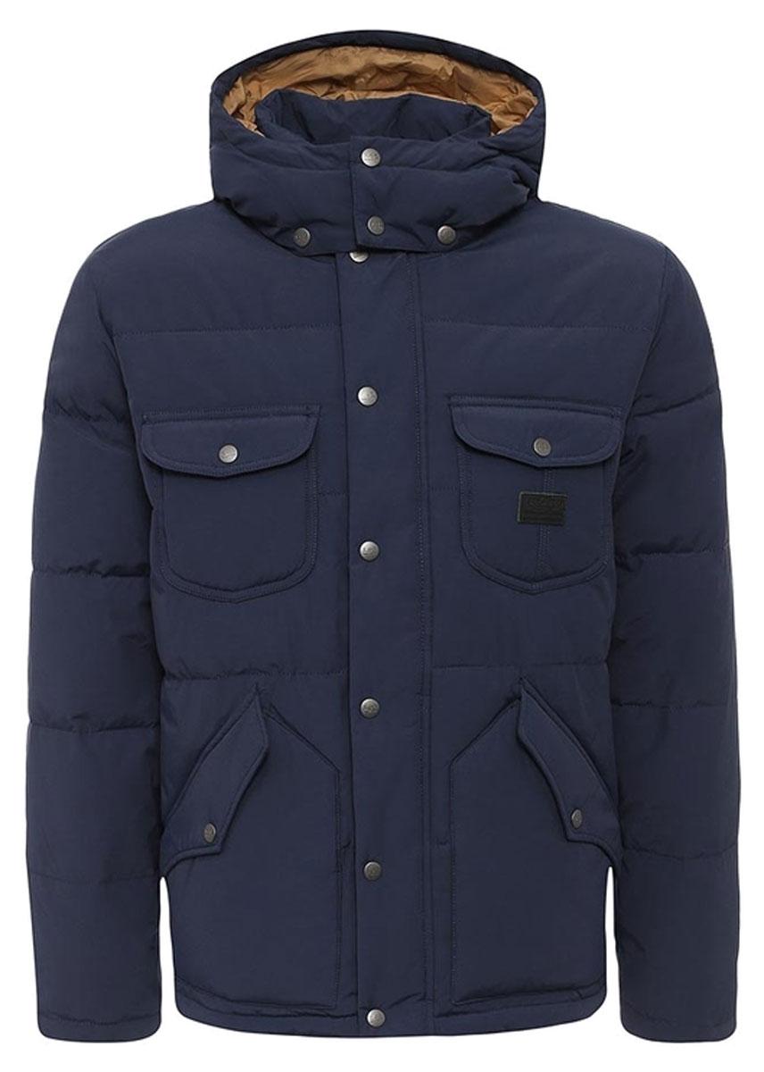 КурткаL88GWNCFМужская куртка Lee идеально дополнит ваш образ в прохладную погоду. Изделие выполнено из хлопка и полиамида. Подкладка изготовлена из гладкого и приятного на ощупь материала контрастного цвета. В качестве утеплителя используется полиэстер, который обеспечивает максимальное сохранение тепла. Куртка прямого кроя с воротником-стойкой и капюшоном застегивается на молнию. Модель оснащена двумя ветрозащитными планками. Внешняя планка имеет застежки-кнопки. Капюшон, дополненный по краю затягивающимся шнурком, пристегивается к куртке с помощью кнопок. На капюшоне имеется клапан на кнопках для защиты от ветра. На рукавах предусмотрены хлястики с застежками-кнопками для регулировки объема. Спереди расположены четыре накладных кармана с клапанами на кнопках, с внутренней стороны - накладной карман. Изделие украшено фирменной нашивкой. Практичная и теплая куртка послужит отличным дополнением к вашему гардеробу!