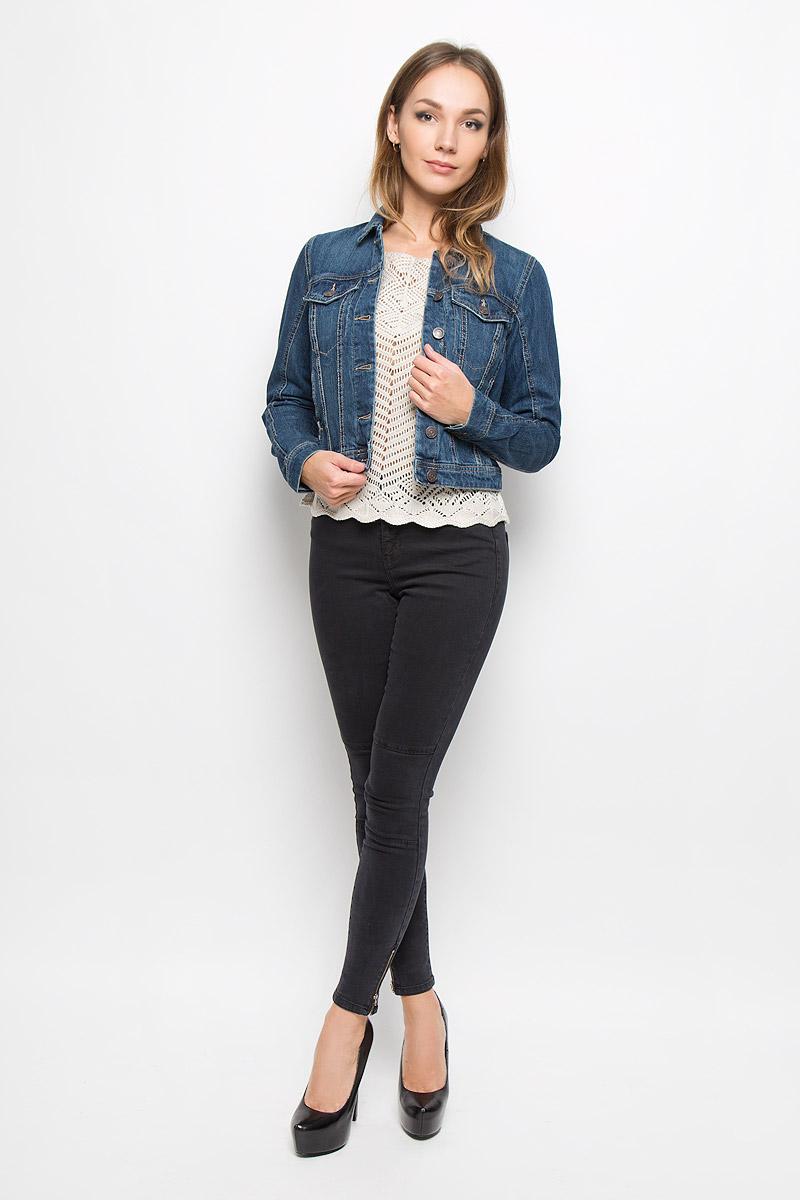 10161230_Dark Blue DenimСтильная джинсовая куртка Vero Moda, выполненная из натурального хлопка, отличный вариант для прохладной погоды. Модель с отложным воротником и длинными рукавами застегивается на металлические пуговицы по всей длине. Спереди изделие оформлено двумя прорезными кармашками с клапанами на пуговицах и двумя открытыми прорезными карманами. Рукава понизу дополнены манжетами, застегивающимися на пуговицы. Куртка декорирована эффектом искусственного состаривания денима: легкие потертости. Эта куртка - практичная вещь, которая, несомненно, впишется в ваш гардероб, в ней вы будете чувствовать себя уютно и комфортно.