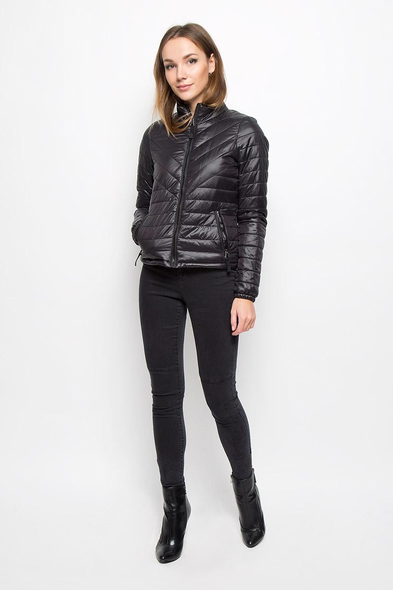 10159271_BlackУдобная женская куртка выполнена из нейлона с наполнителем из 100% полиэстера. Подкладка выполнена из полиэстера. Такая модель отлично подойдет для прохладной погоды. Куртка с воротником-стойкой и длинными рукавами застегивается на застежку-молнию. Модель снаружи дополнена двумя втачными карманами на молниях. Внутри изделия на воротнике пришит компактный чехол, в него можно компактно сложить вашу курточку. Очень комфортная и стильная куртка будет прекрасным выбором для повседневной носки и подчеркнет вашу индивидуальность.