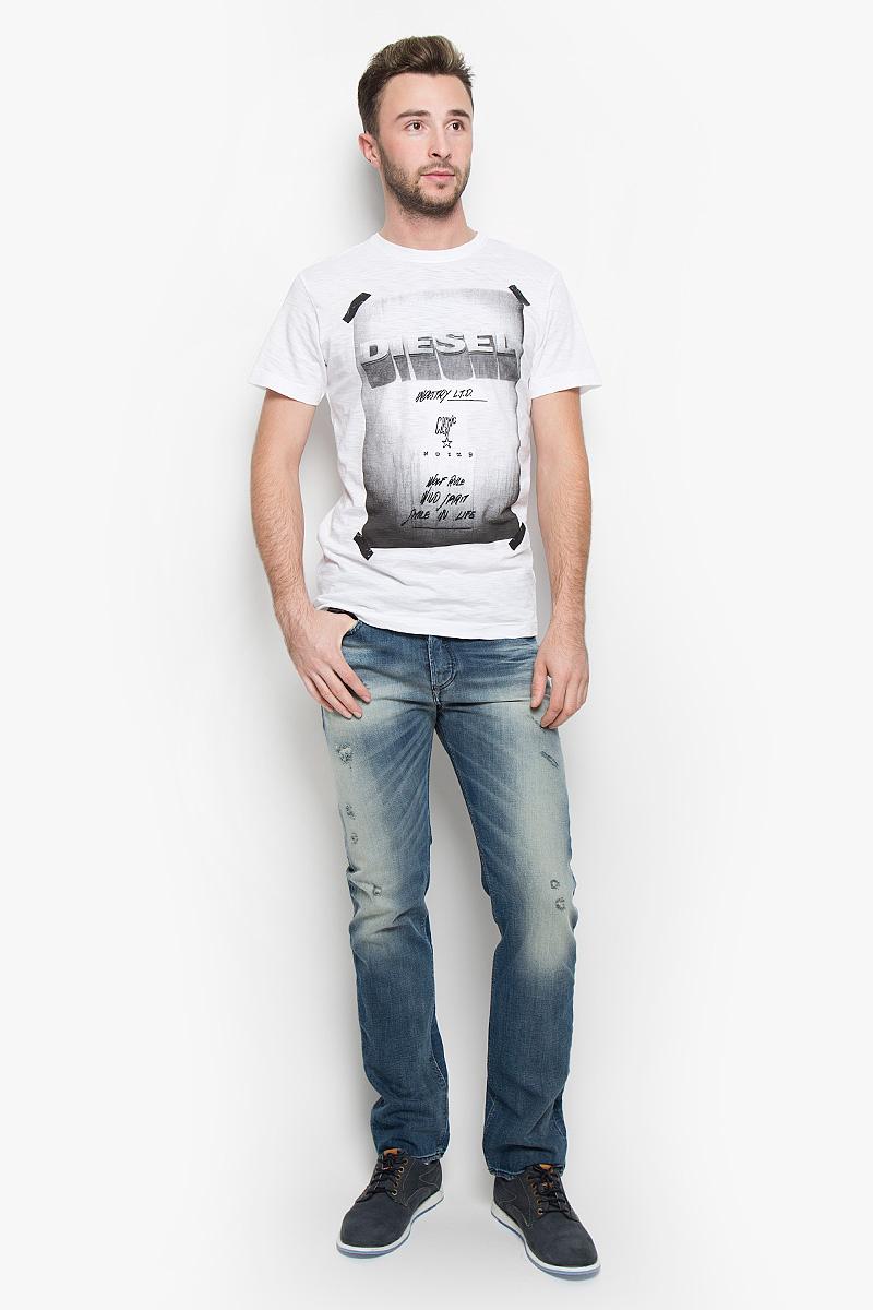 Футболка00STEB-0TAMJ/100Стильная мужская футболка Diesel выполнена из натурального хлопка. Материал очень мягкий и приятный на ощупь, обладает высокой воздухопроницаемостью и гигроскопичностью, позволяет коже дышать. Модель прямого кроя с круглым вырезом горловины и короткими рукавами. Горловина обработана трикотажной резинкой, которая предотвращает деформацию после стирки и во время носки. Футболка оформлена принтовыми надписями на английском языке. Такая модель подарит вам комфорт в течение всего дня и послужит замечательным дополнением к вашему гардеробу.