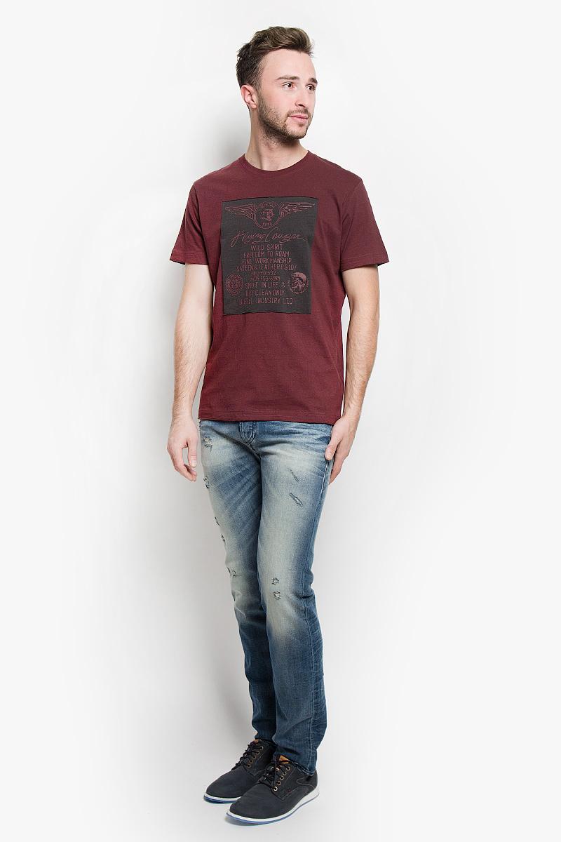 Футболка00STEG-0TAIE/42MСтильная мужская футболка Diesel выполнена из натурального хлопка. Материал очень мягкий и приятный на ощупь, обладает высокой воздухопроницаемостью и гигроскопичностью, позволяет коже дышать. Модель прямого кроя с круглым вырезом горловины и короткими рукавами. Горловина обработана трикотажной резинкой, которая предотвращает деформацию после стирки и во время носки. Футболка оформлена нашивкой с термоаппликациями в виде надписей логотипа бренда. Края рукавов и низ изделия не обработаны. Такая модель подарит вам комфорт в течение всего дня и послужит замечательным дополнением к вашему гардеробу.