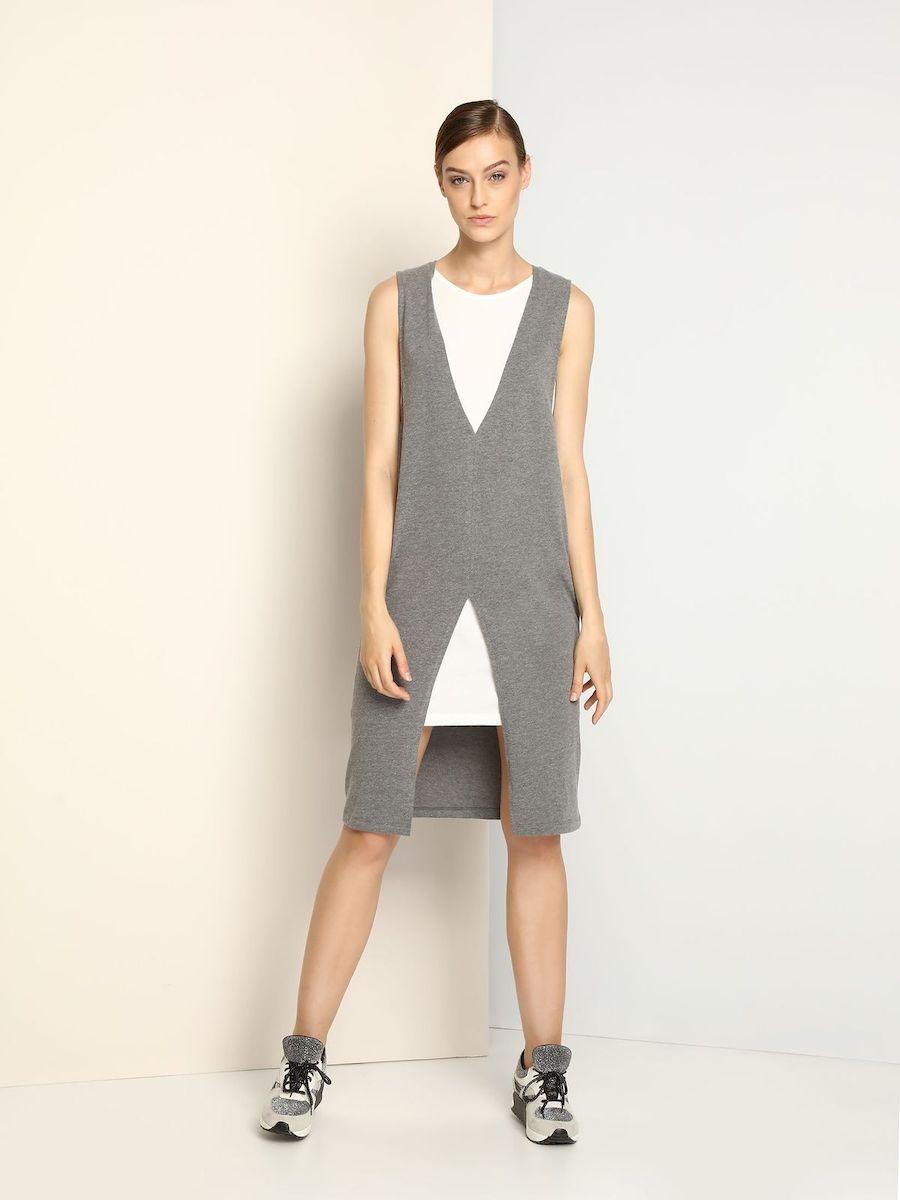 ПлатьеDSU0063SZСтильное трикотажное платье Drywash выполнено из вискозы и хлопка. Платье-миди с круглым вырезом горловины и без рукавов выполнено в стиле 2 в 1. Модель представляет собой платье с несъемной удлиненной жилеткой. Жилетка сверху и снизу оформлена симметричными V-образными вырезами.