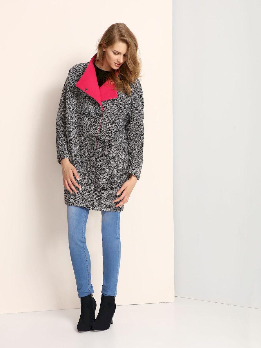 ПальтоTPZ0115CAСтильное женское пальто Troll выполнено из высококачественного полиэстера. Модель свободного кроя с воротником-стойкой и цельнокроеными рукавами застегивается на застежку-молнию и кнопки. По бокам расположены прорезные карманы.