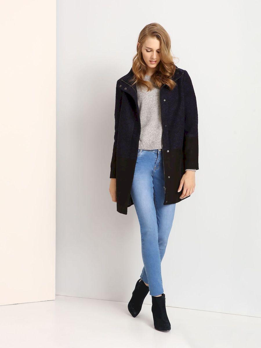 ПальтоTPZ0107GRСтильное женское пальто Troll выполнено из высококачественного полиэстера. Модель прямого кроя с воротником-стойкой застегивается на застежку-молнию и на клапан с кнопками.