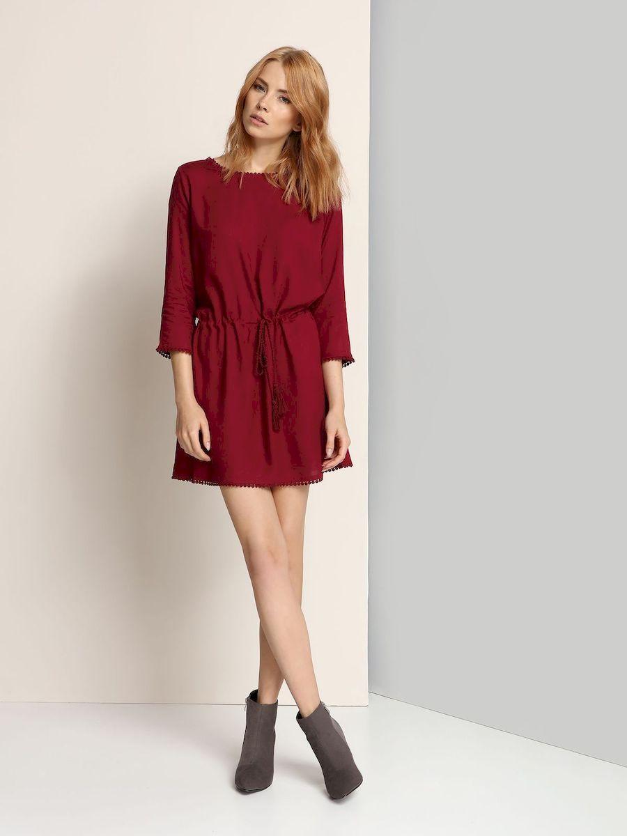 ПлатьеSSU1596CEЭлегантное платье Top Secret, изготовленное из высококачественной вискозы, оно мягкое на ощупь, не раздражает кожу и хорошо вентилируется. Модель-миди с круглым вырезом горловины и рукавом 3/4 оформлена стильной окантовкой. Пояс платья дополнен небольшим шнурком с бахромой, с помощью которого можно регулировать объем.