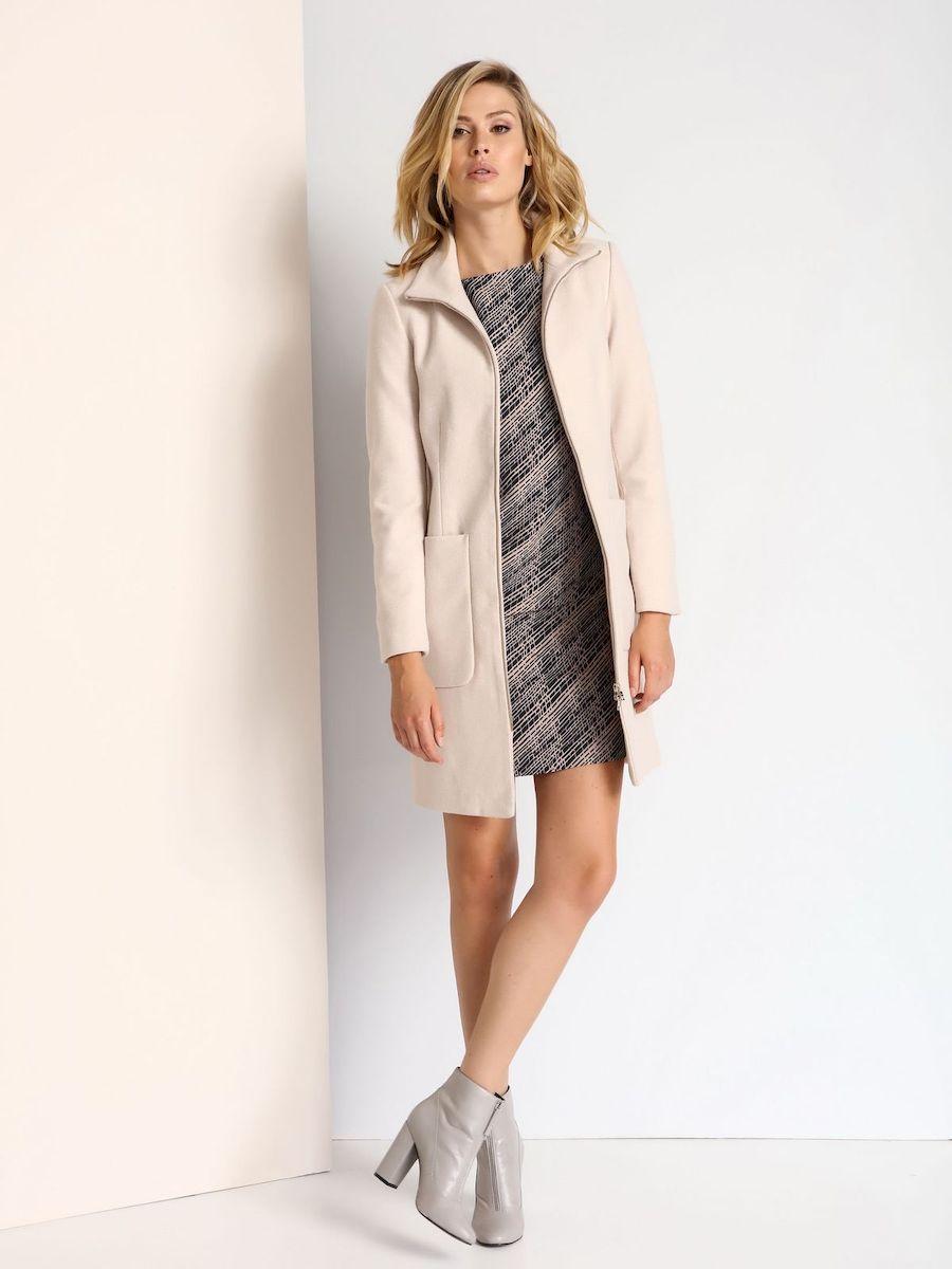 ПальтоSPZ0350BEСтильное женское пальто Top Secret выполнено из полиэстера с добавлением шерсти. Модель с воротником-стойкой застегивается на металлическую застежку-молнию. Спереди расположены два накладных кармана. Верхняя часть спинки дополнена застежкой-молнией.