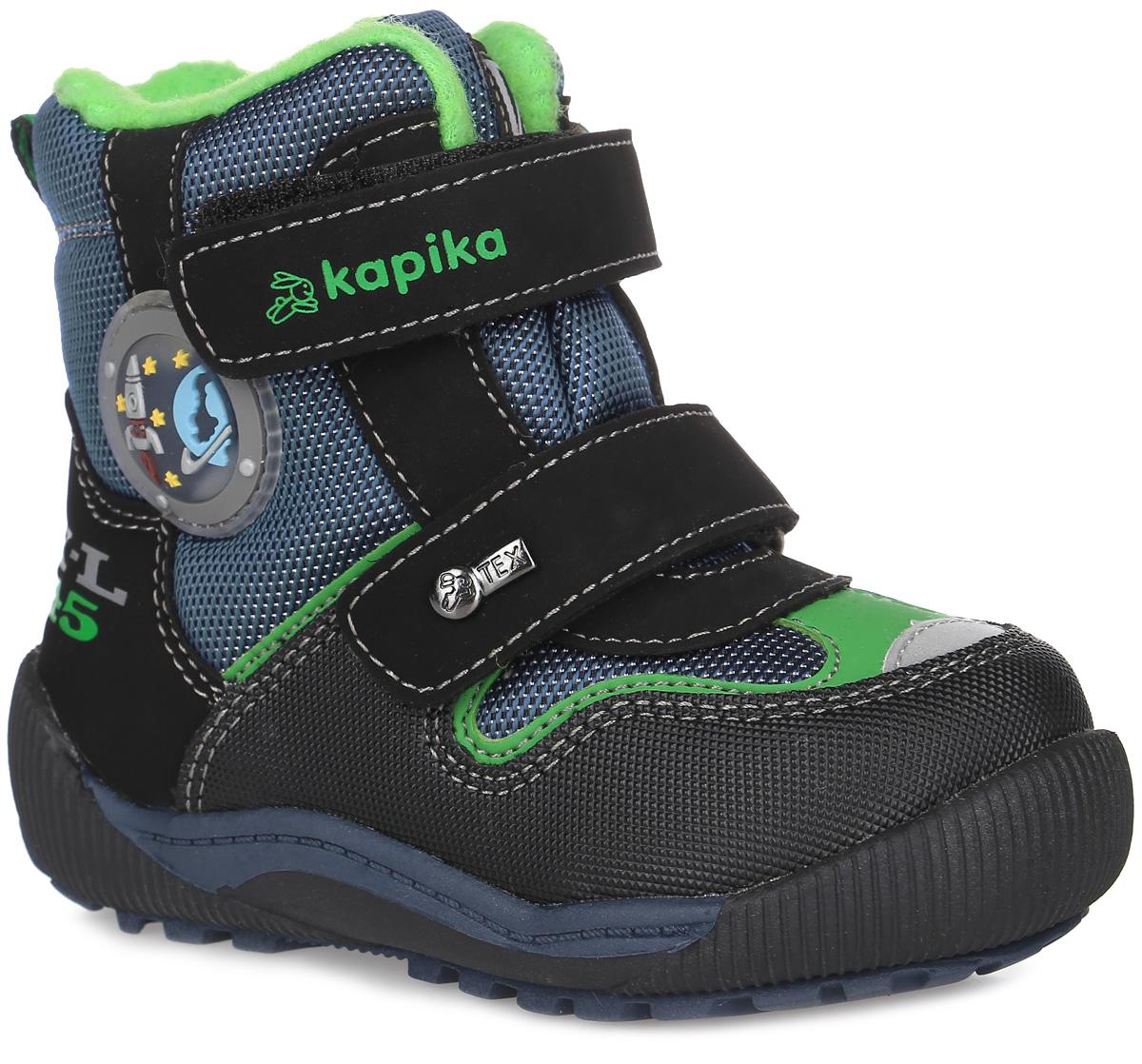 41173-1Удобные высокие ботинки от Kapika придутся по душе вашему мальчику! Модель изготовлена из искусственной кожи и плотного текстиля. Изделие оформлено вставками и прострочкой, сбоку - аппликацией из ПВХ на тему космоса, на язычке - фирменной нашивкой, на ремешках - тиснением с названием бренда и металлическим элементом. Ярлычок на заднике предназначен для удобства обувания. Два ремешка на застежках-липучках надежно фиксируют изделие на ноге. Мягкая подкладка и стелька исполненные из текстиля, на 80% состоящего из натурального овечьего шерстяного меха, обеспечивают тепло, циркуляцию воздуха и сохраняют комфортный микроклимат в обуви. Рифление на подошве гарантирует идеальное сцепление с любыми поверхностями. Стильные ботинки займут достойное место в гардеробе вашего ребенка, они идеально подойдут для теплой зимы, а также поздней осени и ранней весны.