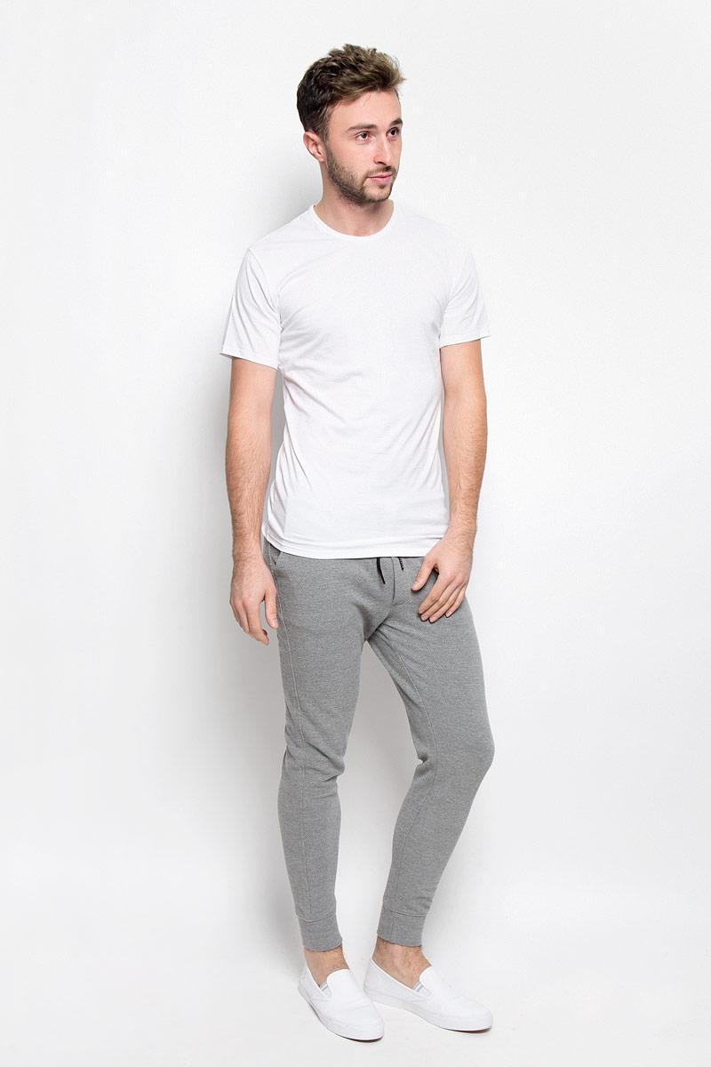 ФутболкаNB1213AСтильная мужская футболка Calvin Klein Underwear, выполненная из натурального хлопка с добавлением эластана, необычайно мягкая и приятная на ощупь, не сковывает движения и позволяет коже дышать, обеспечивая комфорт. Модель с V-образным вырезом горловины и короткими рукавами внизу оформлена надписью Calvin Klein. Вырез горловины дополнен эластичной трикотажной резинкой, что предотвращает деформацию при носке. Футболка Calvin Klein Jeans станет отличным дополнением к вашему гардеробу.