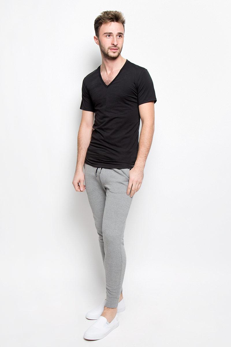 ФутболкаNB1217AСтильная мужская футболка Calvin Klein Underwear, выполненная из натурального хлопка с добавлением эластана, необычайно мягкая и приятная на ощупь, не сковывает движения и позволяет коже дышать, обеспечивая комфорт. Модель с V-образным вырезом горловины и короткими рукавами внизу оформлена надписью Calvin Klein. Вырез горловины дополнен эластичной трикотажной резинкой, что предотвращает деформацию при носке. Футболка Calvin Klein Jeans станет отличным дополнением к вашему гардеробу.