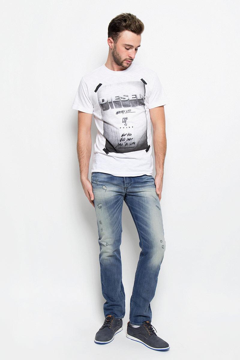Джинсы00SDHB-0857M/01Стильные мужские джинсы Diesel - джинсы высочайшего качества на каждый день, которые прекрасно сидят. Модель прямого кроя и средней посадки изготовлена из эластичного хлопка. Застегиваются джинсы на пуговицы в ширинке. На поясе предусмотрены шлевки для ремня. Спереди модель оформлена двумя втачными карманами с закругленным срезом и одним секретным кармашком, а сзади - двумя накладными карманами. Изделие оформлено декоративными потёртостями и рваным эффектом. Эти модные и в тоже время комфортные джинсы послужат отличным дополнением к вашему гардеробу.