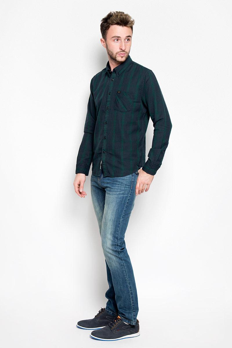 L880MXBBСтильная мужская рубашка Lee, выполненная из 100% хлопка, подчеркнет ваш уникальный стиль и поможет создать оригинальный образ. Такой материал великолепно пропускает воздух, обеспечивая необходимую вентиляцию, а также обладает высокой гигроскопичностью. Рубашка с длинными рукавами и отложным воротником застегивается на пуговицы спереди. Рукава рубашки дополнены манжетами, которые также застегиваются на пуговицы. Модель оформлена узором в мелкую клетку и полоску, дополнена накладным нагрудным карманом. Классическая рубашка - превосходный вариант для базового мужского гардероба. Такая рубашка будет дарить вам комфорт в течение всего дня и послужит замечательным дополнением к вашему гардеробу.
