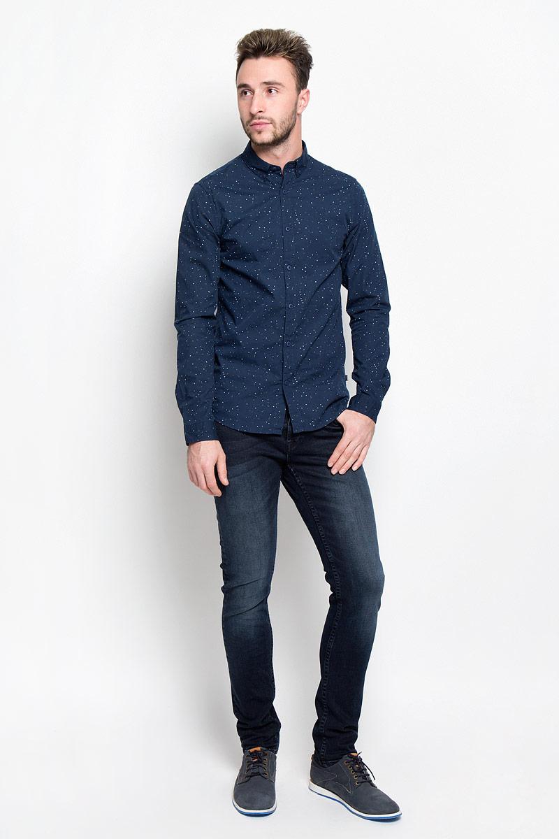 22004358_Dark Blue DenimМодные мужские джинсы Only & Sons - джинсы высочайшего качества на каждый день, которые прекрасно сидят. Модель-скинни кроя и стандартной посадки изготовлена из эластичного хлопка. Застегиваются джинсы на пуговицы, также имеются шлевки для ремня. Спереди модель дополнена двумя втачными карманами и одним небольшим накладным кармашком, а сзади - двумя накладными карманами. Оформлено изделие эффектом состаривания, металлическими клепками с логотипом бренда, перманентными складками и фирменной нашивкой на поясе. Эти стильные и в то же время комфортные джинсы послужат отличным дополнением к вашему гардеробу. В них вы всегда будете чувствовать себя уютно и комфортно.