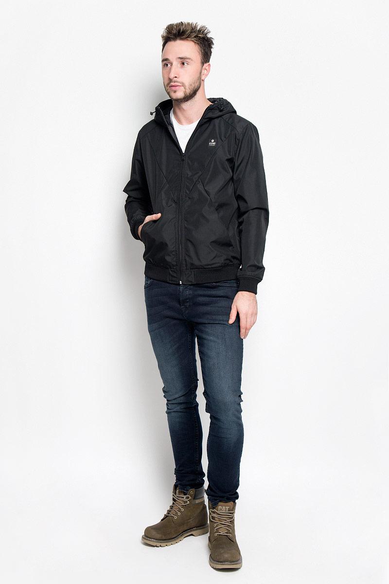Куртка12109180_BlackСтильная мужская куртка Jack & Jones, выполненная из высококачественного материала, согреет вас в прохладную погоду. Изделие застегивается на застежку-молнию. Куртка с пришивным капюшоном, который регулируется по объему за счет шнурка. Модель дополнена двумя внешними прорезными карманами, которые закрываются на кнопки. Манжеты и низ изделия выполнены на эластичных резинках. Спереди куртка дополнена нашивкой с названием бренда. Модная фактура ткани, отличное качество, великолепный дизайн.