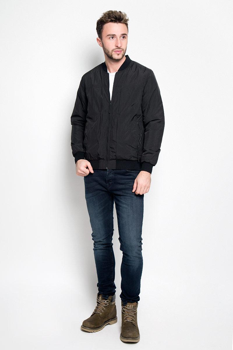Куртка16052319_BlackМужская куртка Selected Homme идеально дополнит ваш образ в прохладную погоду. Изделие выполнено из 100% нейлона. Подкладка изготовлена из гладкого и приятного на ощупь материала контрастного цвета. В качестве утеплителя используется полиэстер, который обеспечивает максимальное сохранение тепла. Куртка выполнена в однотонном лаконичном стиле оформлена воротником-стойкой и застегивается на молнию. Спереди расположены два втачных кармана на застежках-молниях, с внутренней стороны имеется втачной карман дополненный отверстием для наушников. Манжеты, низ и воротник изделия выполнены на эластичной резинке. Практичная и теплая куртка послужит отличным дополнением к вашему гардеробу!