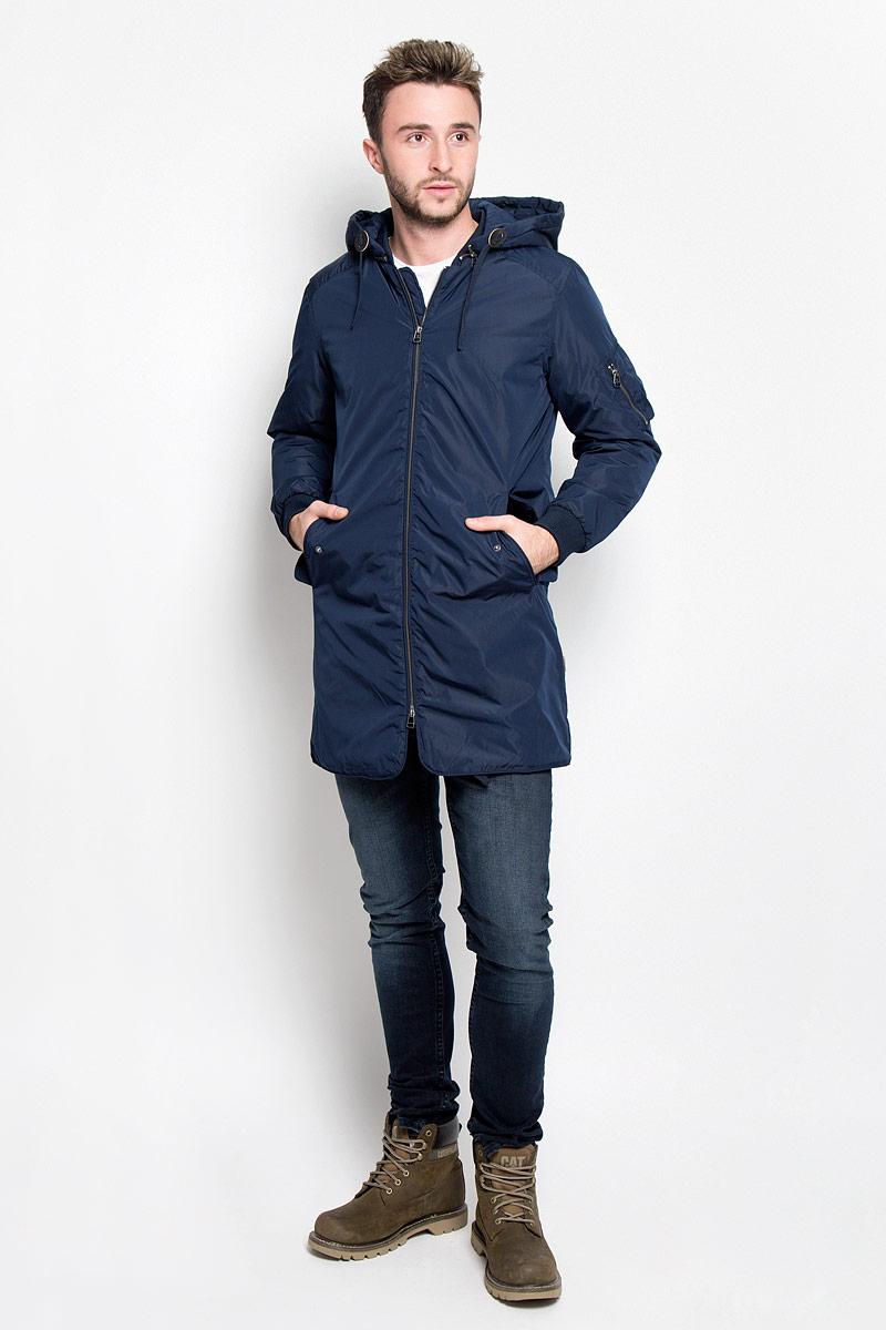 Парка12109437_Navy BlazerСтильная мужская куртка-парка Jack & Jones подходит для холодной осени и зимы. Модель со съемным капюшоном, воротником-стойкой и длинными рукавами застегивается на металлическую застежку-молнию и дополнительно имеет внутреннюю ветрозащитную планку, капюшон завязывается на шнурки и пристегивается к парке с помощью металлической змейки. Спереди модель дополнена двумя втачными карманами с защитными планками на кнопках. Левый рукав дополнен нашивным карманом на молнии. С изнаночной стороны имеется накладной карман на липучке. Манжеты изделия и воротник дополнены эластичной резинкой. Эта теплая и стильная парка послужит отличным дополнением к вашему гардеробу!