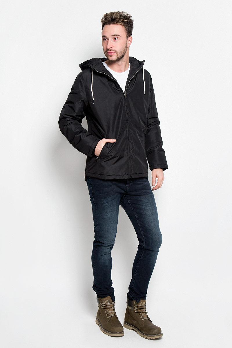 12109516_BlackМужская куртка Jack & Jones идеально дополнит ваш образ в прохладную погоду. Изделие выполнено из высококачественного материала с наполнителем из синтепона. Куртка выполнена в однотонном лаконичном стиле, оформлена пришивным капюшоном и стандартными рукавами. Спереди расположены два втачных кармана на застежках-молниях, с внутренней стороны имеется один втачной карман. Капюшон с ветрозащитным клапаном, регулируется с помощью шнурков. Манжеты изделия выполнены на эластичной резинке. Практичная и теплая куртка послужит отличным дополнением к вашему гардеробу!