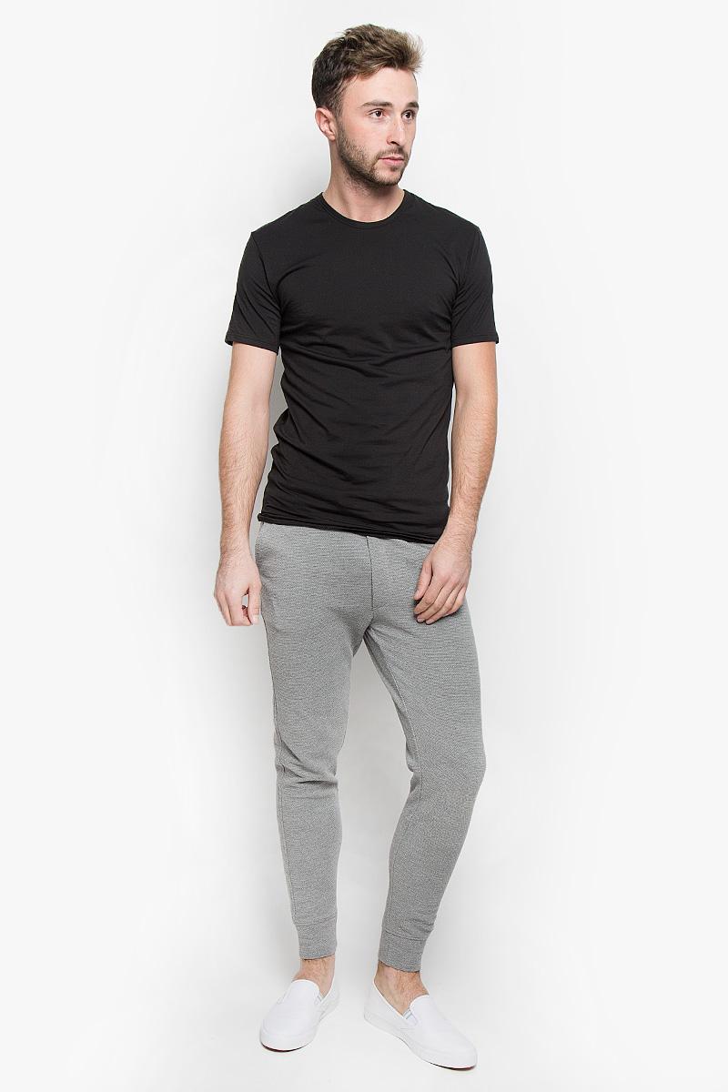 Брюки спортивные22004476_Medium Grey MelangeУдобные мужские спортивные брюки Only & Sons великолепно подойдут для занятий спортом и повседневной носки. Модель стандартной посадки изготовлена из хлопка с добавлением полиэстера, благодаря чему великолепно пропускает воздух, обладает высокой гигроскопичностью и превосходно сидит, а также отводит влагу от кожи, обеспечивая вам комфорт во время тренировок. Брюки оформлены мелкими петельками и имитацией ширинки. Брюки имеют широкую эластичную резинку на поясе. Объем талии регулируется при помощи шнурка-кулиски. Брюки оснащены двумя прорезными карманами спереди и одним открытым карманом на молнии сзади. Низ брючин дополнен эластичными манжетами. Сзади брюки дополнены не большой нашивкой с логотипом бренда. Эти модные и в то же время удобные брюки - настоящее воплощение комфорта. В них вы всегда будете чувствовать себя уверенно и уютно.