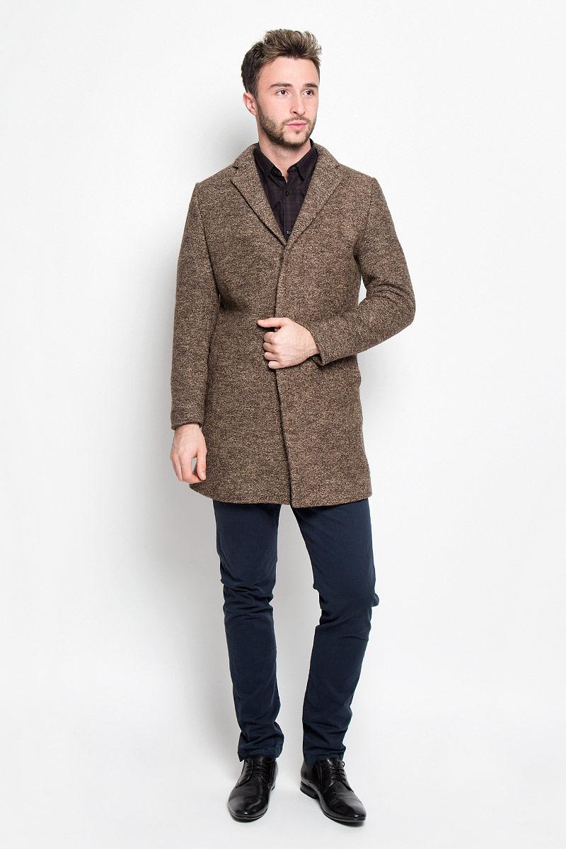 16053043_CamelСтильное мужское пальто Selected Homme дополнит ваш образ и подчеркнет индивидуальность. Оно изготовлено из высококачественного материала, обеспечивающего комфорт и удобство при носке. Благодаря содержанию в составе шерсти, изделие максимально сохраняет тепло. Основная подкладка выполнена из сочетания вискозы и полиэстера, подкладка рукавов - из 100% полиэстера. Пальто с длинными рукавами и отложным воротником с лацканами застегивается на три пуговицы, скрытые за планкой. Модель оснащена двумя втачными карманами. С внутренней стороны расположены два прорезных кармана, один из которых закрывается с помощью клапана и пуговицы. Спинка дополнена одиночной центральной шлицей с застежкой-кнопкой. Этот модное пальто станет отличным дополнением к вашему гардеробу!