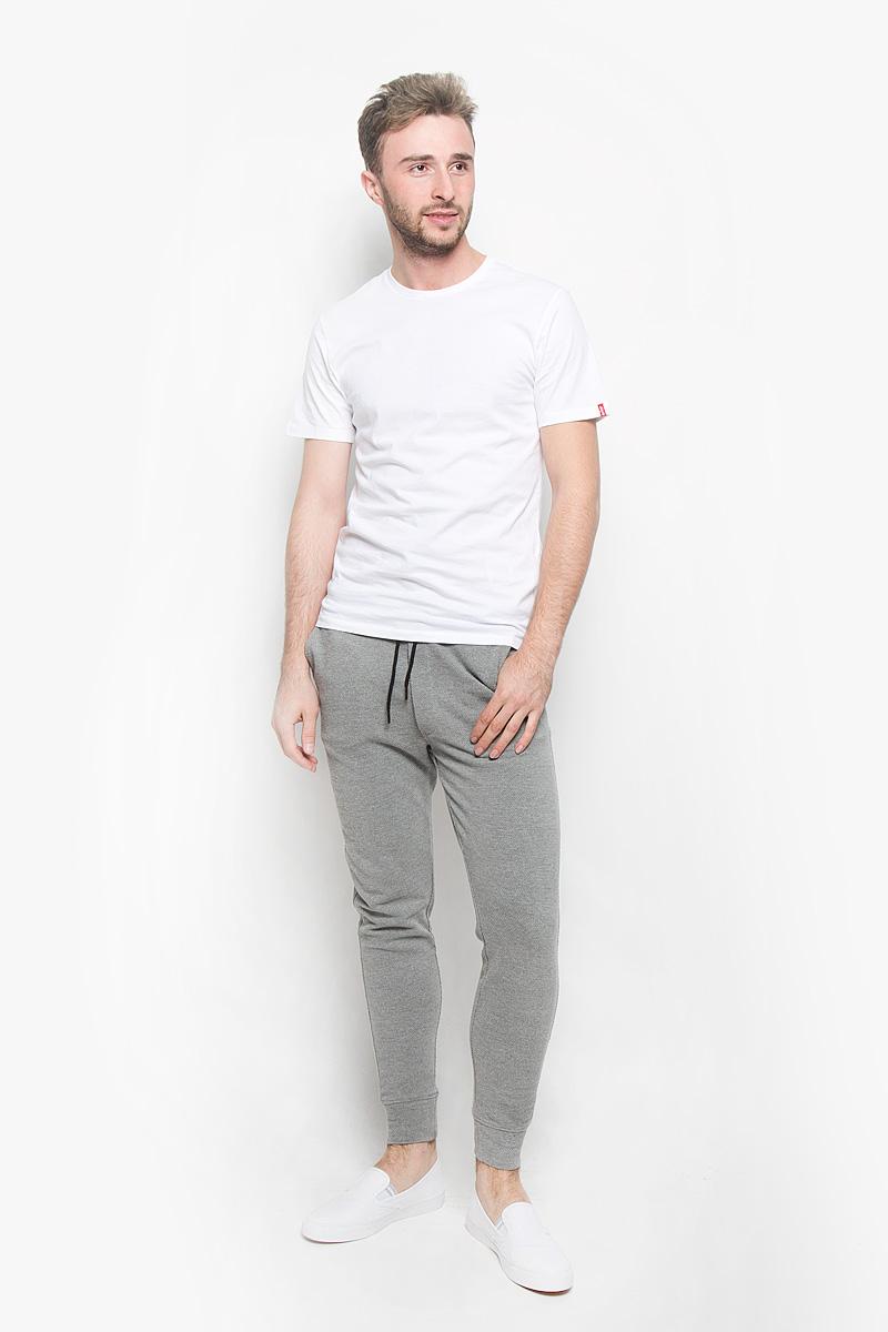 Футболка8217600040Стильная мужская футболка Levis®, выполненная из натурального хлопка, прекрасно подойдет для повседневной носки. Материал очень мягкий и приятный на ощупь, не сковывает движения и позволяет коже дышать. Футболка с круглым вырезом горловины и короткими рукавами. Вырез горловины дополнен трикотажной вставкой. Такая модель будет дарить вам комфорт в течение всего дня и станет модным дополнением к вашему гардеробу. В комплект входят две футболки разных цветов.