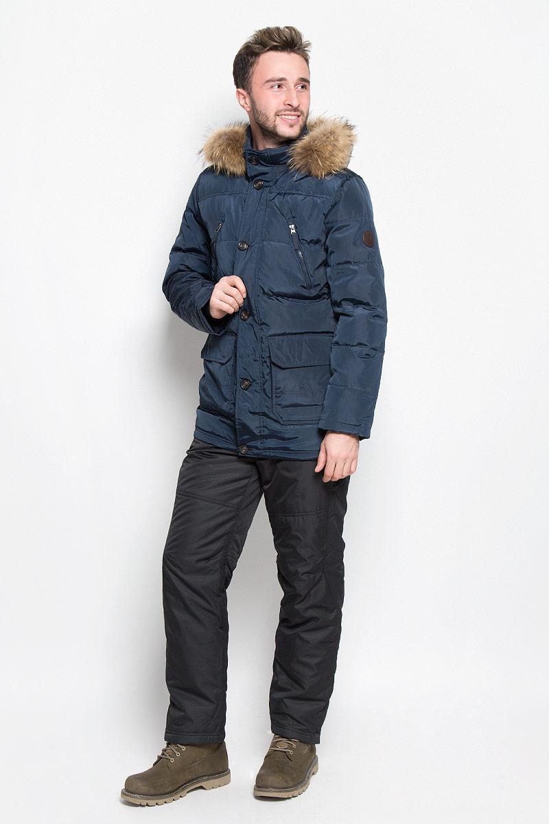 КурткаCd-226/329-6414Мужской пуховик Sela Casual Wear идеально дополнит ваш образ в холодную погоду. Изделие выполнено из водо- и ветронепроницаемого материала. Подкладка изготовлена из гладкой ткани. В качестве утеплителя используется пух и перо. Куртка с воротником-стойкой и капюшоном застегивается на пластиковую молнию с двумя ветрозащитными планками. Внешняя планка имеет застежки-пуговицы. Капюшон, декорированный съемной опушкой из натурального меха, пристегивается к куртке с помощью молнии. На рукавах предусмотрены мягкие трикотажные манжеты. На груди расположены два прорезных кармана на молниях, в нижней части изделия - два объемных накладных кармана с клапанами на кнопках. С внутренней стороны имеется накладной карман с застежкой- кнопкой. Модель украшена нашивкой. Практичная и теплая куртка послужит отличным дополнением к вашему гардеробу!