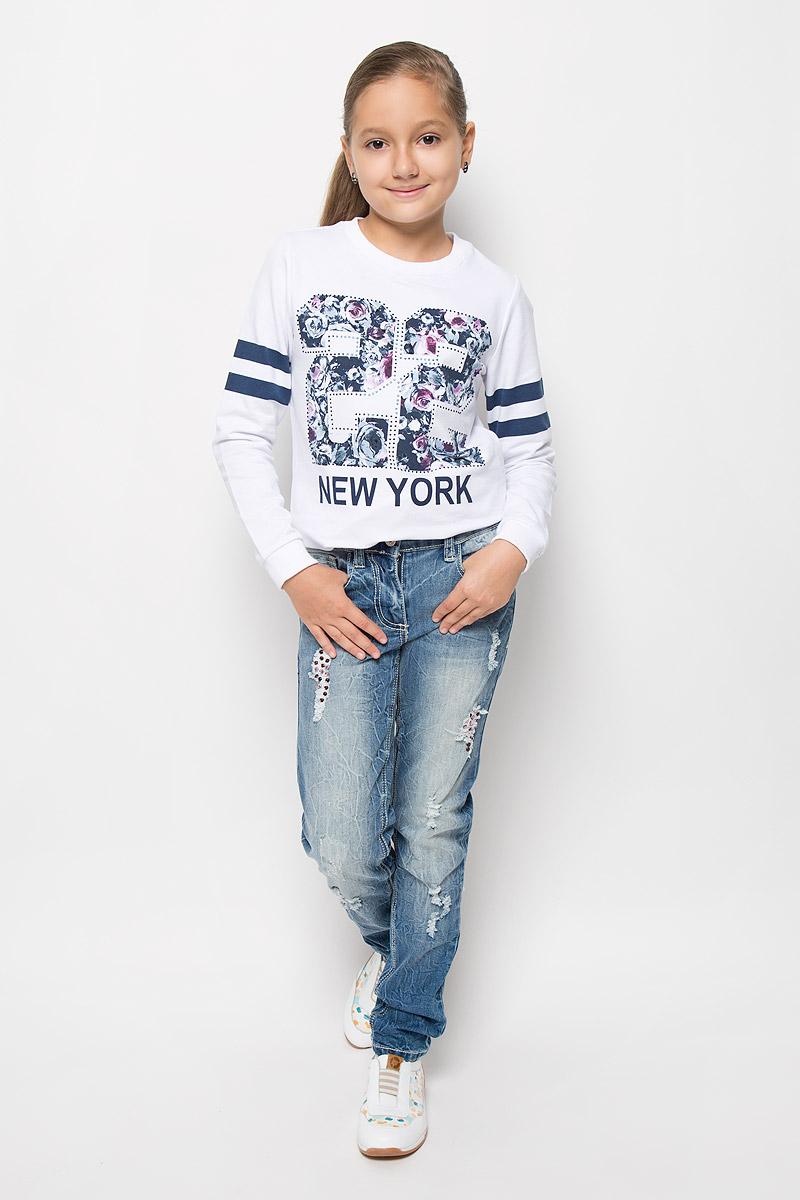 Джинсы364120Стильные джинсы для девочки Scool идеально подойдут вашей юной моднице. Изготовленные из плотной эластичной ткани, они мягкие и тактильно приятные, не сковывают движения и хорошо пропускают воздух, обеспечивая комфорт при носке. Модель зауженного кроя застегивается спереди на металлическую пуговицу и имеет ширинку на застежке- молнии. На поясе предусмотрены шлевки для ремня. При необходимости пояс можно утянуть скрытой резинкой на пуговках. Спереди расположены два втачных кармана и один накладной, а сзади - два накладных кармана. Джинсы оформлены потертостями, прорезями и перманентными складками. Модные потертости украшены сверкающими стразами-капельками. Современный дизайн и расцветка делают эти джинсы модным и стильным предметом детского гардероба. Их обладательница всегда будет в центре внимания!