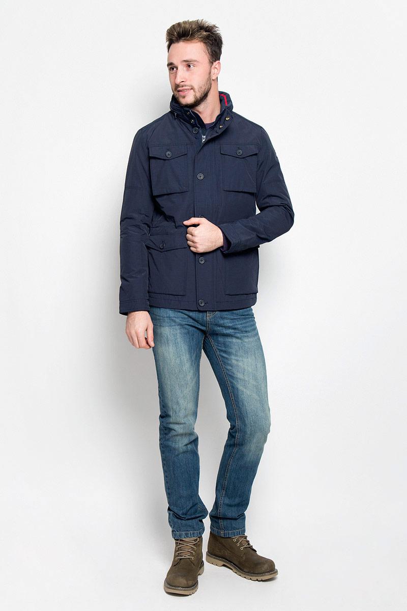 КурткаW4624YO35Мужская куртка Wrangler The Field придаст образу безупречный стиль. Изделие выполнено из водоотталкивающей ткани, препятствующей быстрому намоканию. Подкладка изготовлена из гладкого и приятного на ощупь материала. В качестве утеплителя используется полиэстер, который обеспечивает максимальное сохранение тепла. Куртка прямого кроя с воротником-стойкой и капюшоном застегивается на молнию. Модель оснащена двумя ветрозащитными планками. Внешняя планка имеет застежки-пуговицы и кнопки. При необходимости тонкий капюшон можно сложить и зафиксировать в воротнике с помощью молнии. На воротнике предусмотрена мягкая подкладка из трикотажной резинки. Манжеты регулируются по объему при помощи пуговиц. По линии талии куртка дополнена затягивающимся эластичным шнурком со стопперами. Спереди расположены четыре накладных кармана с клапанами на пуговицах, с внутренней стороны - накладной карман на кнопке и прорезной карман на молнии. Изделие украшено нашивкой с название бренда. ...