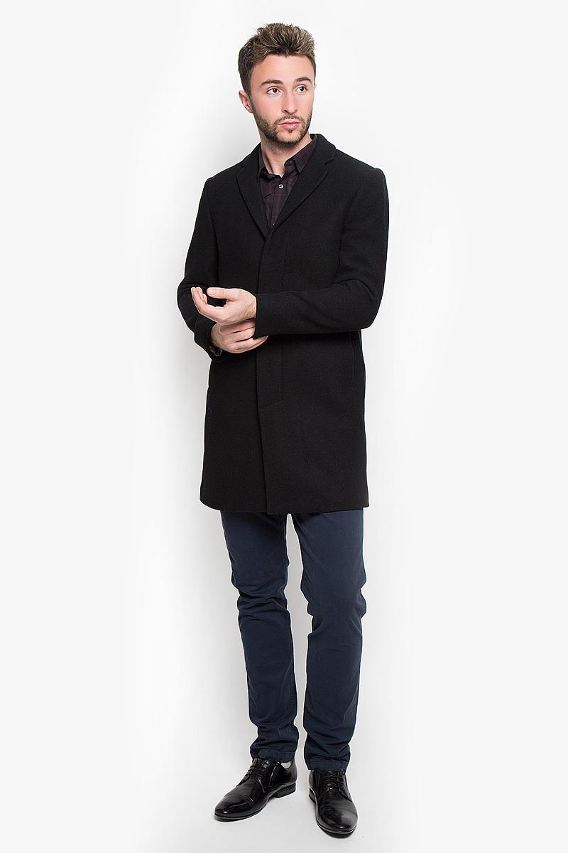 16051763_BlackСтильное мужское пальто Selected Homme, выполненное из полиэстера с добавлением шерсти, нейлона и кашемира, согреет вас в прохладную погоду. Модель с лацканами и длинными рукавами застегивается на три пуговицы. Спереди имеются два втачных кармана на кнопки. С внутренней стороны два кармашка. В этом пальто вам будет уютно и комфортно.