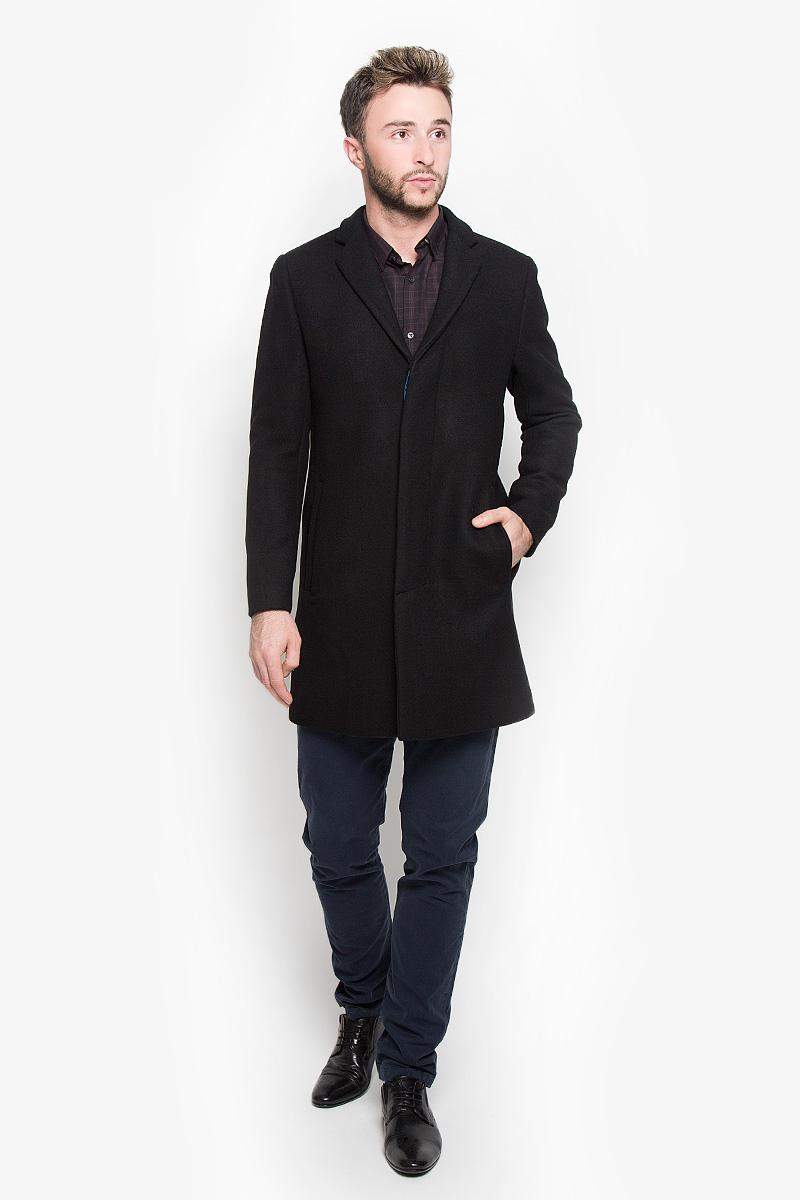 16051621_BlackСтильное мужское пальто Selected Homme Antonio Banderas дополнит ваш образ и подчеркнет индивидуальность. Оно изготовлено из высококачественного материала, обеспечивающего комфорт и удобство при носке. Благодаря содержанию в составе шерсти, изделие максимально сохраняет тепло. Основная подкладка выполнена из 100% полиэстера, подкладка рукавов - из полиэстера с добавлением вискозы. Пальто с длинными рукавами и отложным воротником с лацканами застегивается на три пуговицы, скрытые за планкой. Модель оснащена двумя втачными карманами. С внутренней стороны расположены два прорезных кармана, один из которых закрывается с помощью клапана и пуговицы. Спинка дополнена одиночной центральной шлицей с застежкой-кнопкой. Этот модное пальто станет отличным дополнением к вашему гардеробу!