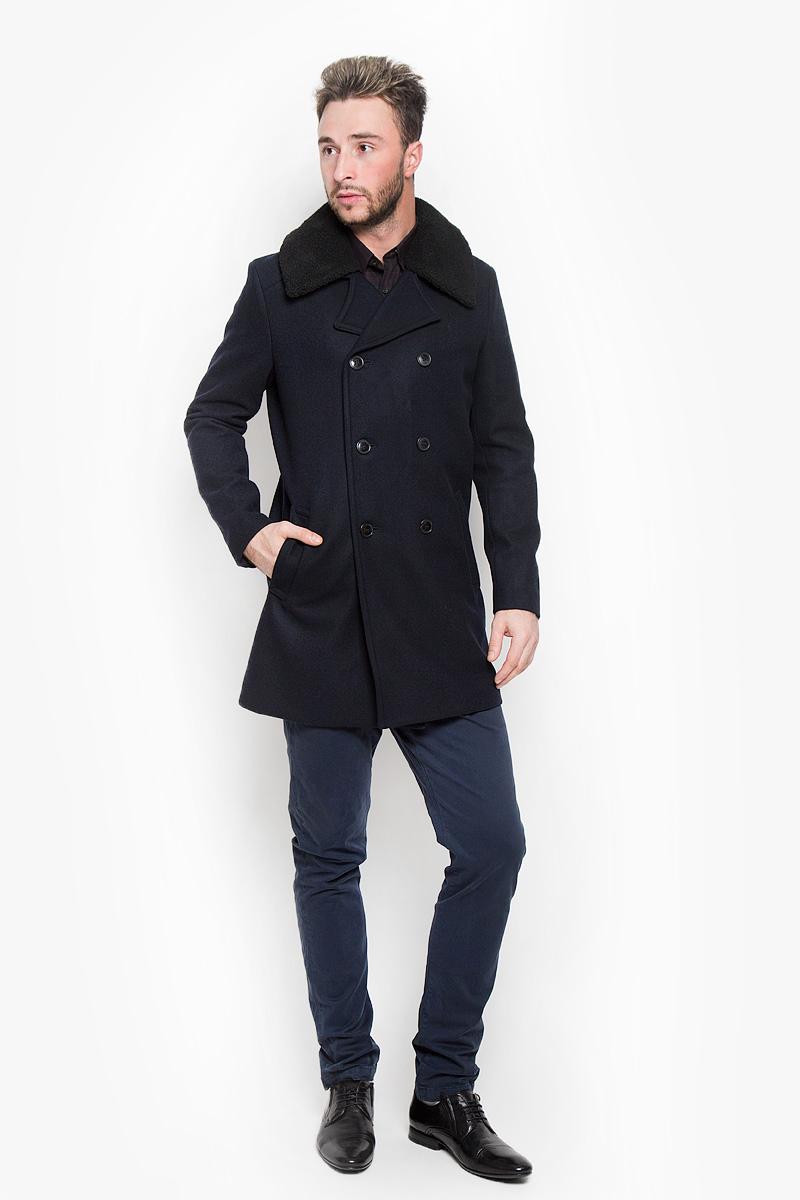 16052479_Dark NavyСтильное мужское пальто Selected Homme Indigo дополнит ваш образ и подчеркнет индивидуальность. Оно изготовлено из высококачественного материала, обеспечивающего комфорт и удобство при носке. Благодаря содержанию в составе шерсти, изделие максимально сохраняет тепло. Основная подкладка выполнена из сочетания вискозы и полиэстера, подкладка рукавов - из 100% полиэстера. Пальто с длинными рукавами и отложным воротником с лацканами застегивается на три пуговицы и дополнен декоративными пуговицами. Воротник дополнен отстегивающимся мехом на пуговицах. Модель оснащена двумя втачными карманами. С внутренней стороны расположен один карман на застежке-молнии. Этот модное пальто станет отличным дополнением к вашему гардеробу!
