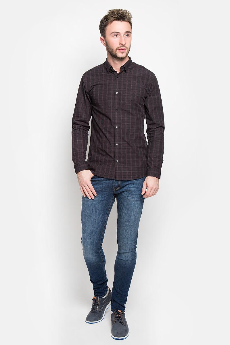 12108807_SassafrasСтильная мужская рубашка Jack & Jones, выполненная из натурального хлопка, подчеркнет ваш уникальный стиль и поможет создать оригинальный образ. Такой материал великолепно пропускает воздух, а также обладает высокой гигроскопичностью. Рубашка slim fit с длинными рукавами и отложным воротником застегивается на пуговицы спереди. Манжеты рукавов также застегиваются на пуговицы. Рубашка оформлена принтом в клетку. Классическая рубашка - превосходный вариант для базового мужского гардероба и отличное решение на каждый день. Такая рубашка будет дарить вам комфорт в течение всего дня и послужит замечательным дополнением к вашему гардеробу.