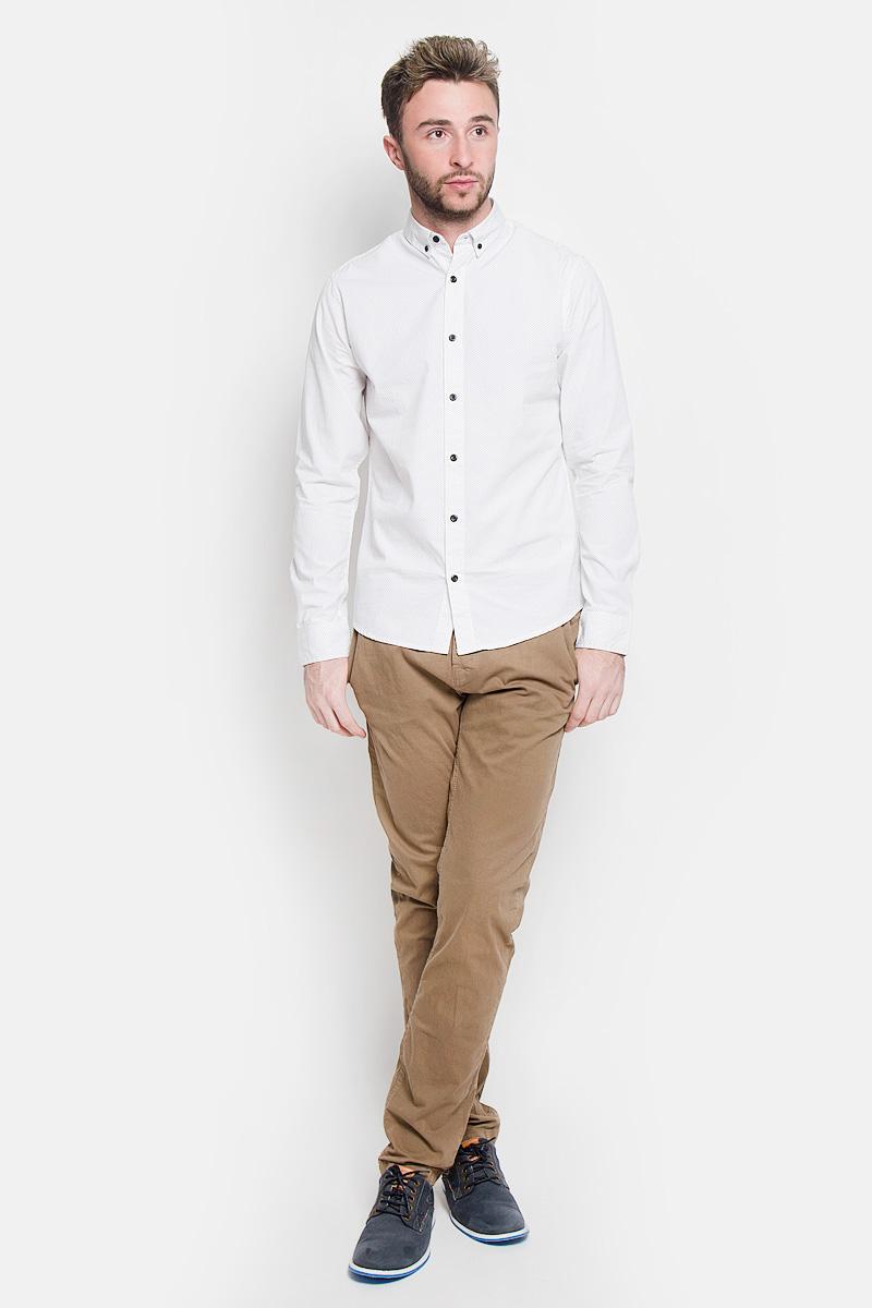 Брюки22004057_KangarooСтильные мужские брюки Only & Sons высочайшего качества, подходят большинству мужчин. Модель прямого кроя станет отличным дополнением к вашему современному образу. Брюки выполнены из плотного хлопка с добавлением эластана. Модель застегивается на пуговицы, также имеются шлевки для ремня. Спереди модель оформлена двумя втачными карманами, сзади - двумя карманами. Эти модные и в тоже время комфортные брюки послужат отличным дополнением к вашему гардеробу. В них вы всегда будете чувствовать себя уютно и комфортно.