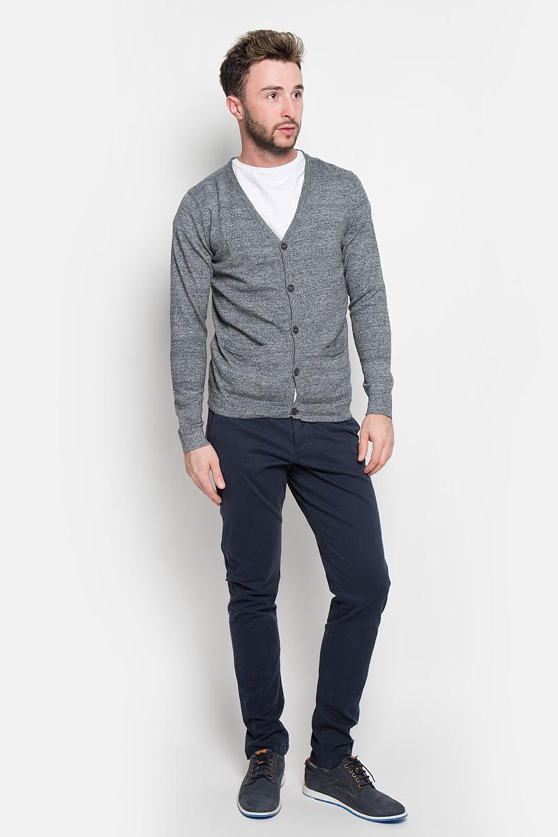 Брюки12111474_Navy BlazerСтильные мужские брюки Jack & Jones выполненные из натурального хлопка с добавлением эластана, подходят большинству мужчин. Модель прямого кроя станет отличным дополнением к вашему современному образу. Модель застегивается на пуговицы, также имеются шлевки для ремня. Спереди изделие оформлено двумя втачными карманами и одним маленьким  секретным, сзади - двумя карманами. Эти модные и в тоже время комфортные брюки послужат отличным дополнением к вашему гардеробу. В них вы всегда будете чувствовать себя уютно и комфортно.