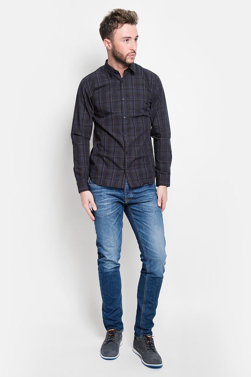 Джинсы12110047_Blue DenimМодные мужские джинсы Jack & Jones - это джинсы высочайшего качества, которые прекрасно сидят. Они выполнены из высококачественного эластичного хлопка, что обеспечивает комфорт и удобство при носке. Джинсы слим стандартной посадки станут отличным дополнением к вашему современному образу. Джинсы застегиваются на пуговицу в поясе и ширинку на пуговицах, дополнены шлевками для ремня. Джинсы имеют классический пятикарманный крой: спереди модель дополнена двумя втачными карманами и одним маленьким накладным кармашком, а сзади - двумя накладными карманами. Модель оформлена перманентными складками и эффектом потертости. Эти модные и в то же время комфортные джинсы послужат отличным дополнением к вашему гардеробу.