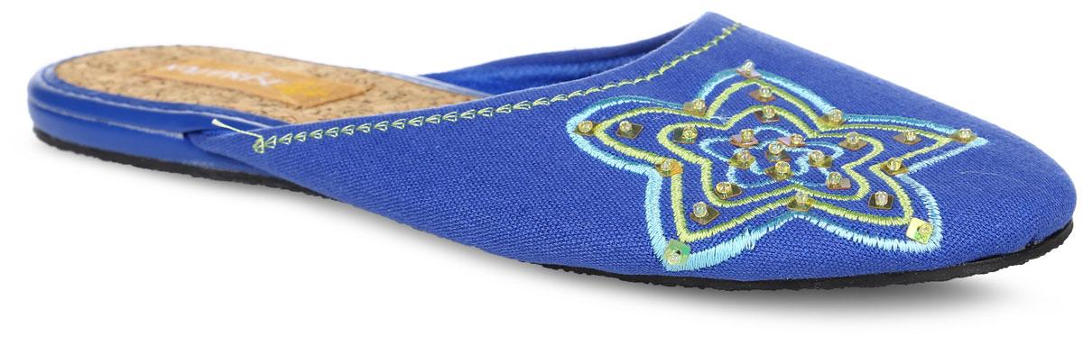 840-10 BWTЖенские тапки от Kapprise выполнены из плотного текстиля, оформленного вышивкой с пайетками и бисером. Подкладка из текстиля, стелька - из пробки. Подошва из поливинилхлорида оснащена рифлением.