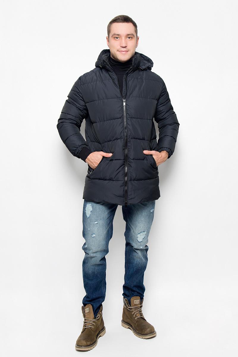 КурткаAL-2976Мужская удлинённая куртка Grishko, выполненная из полиамида, придаст образу безупречный стиль. Подкладка изготовлена из гладкого и приятного на ощупь материала. В качестве утеплителя используется полиэфирное волокно, который отлично сохраняет тепло. Куртка прямого кроя с капюшоном и воротником-стойкой застегивается на застежку-молнию с двумя бегунками. С внутренней стороны расположена ветрозащитная планка. Край капюшона дополнен шнурком-кулиской. Низ рукавов собран на резинку. Спереди расположено два прорезных кармана на застежке-молнии, с внутренней стороны - прорезной карман на молнии. Изделие оформлено фирменным логотипом. Такая практичная и теплая куртка послужит отличным дополнением к вашему гардеробу!