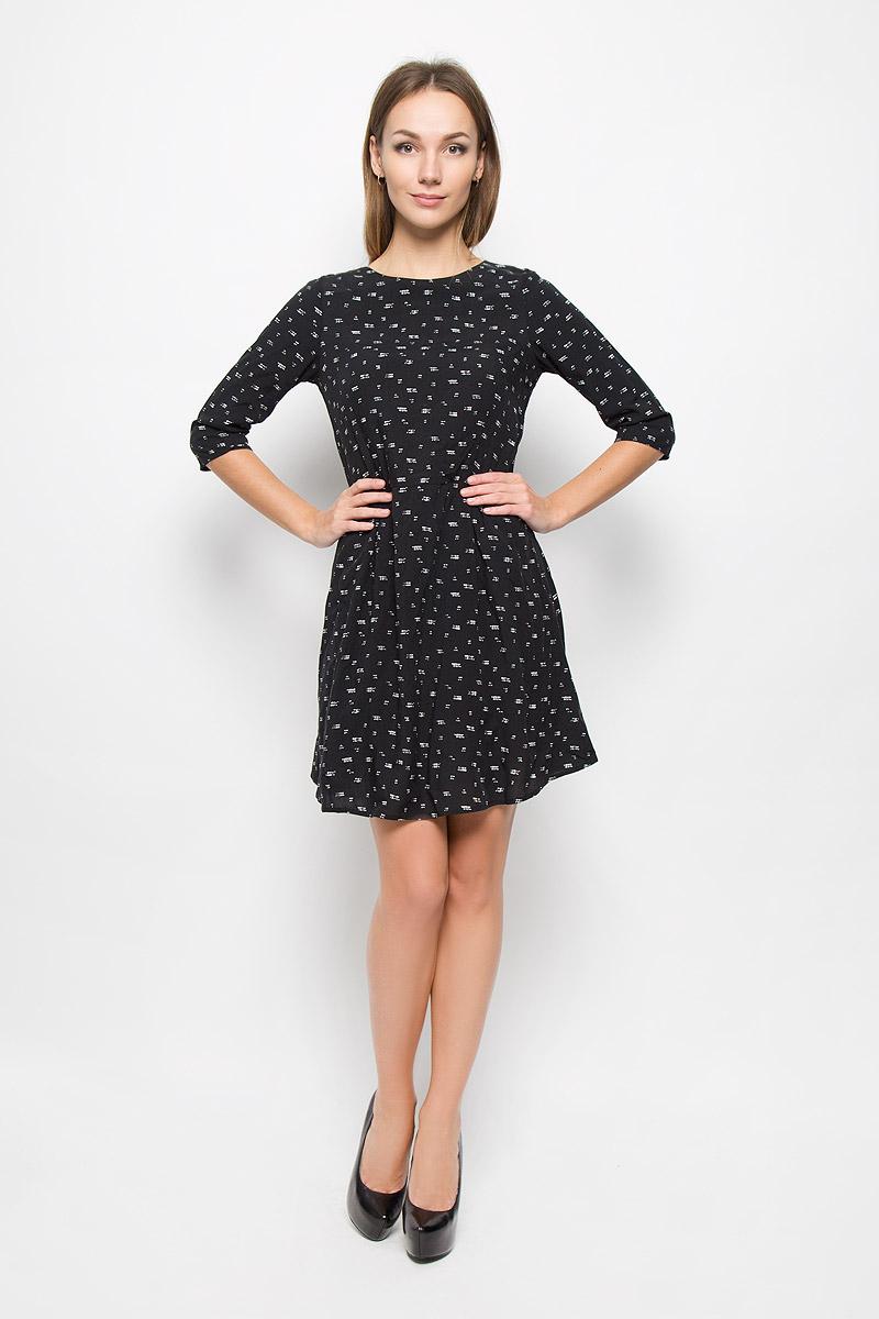 Платье10156472_799Легкое платье Broadway Natasha, выполненное из высококачественного материала, идеально подойдет для модниц. Платье с круглым вырезом горловины и рукавами 3/4 застегивается по спинке на скрытую молнию. От линии талии на модели заложены складки. Изделие оформлено абстрактным принтом.