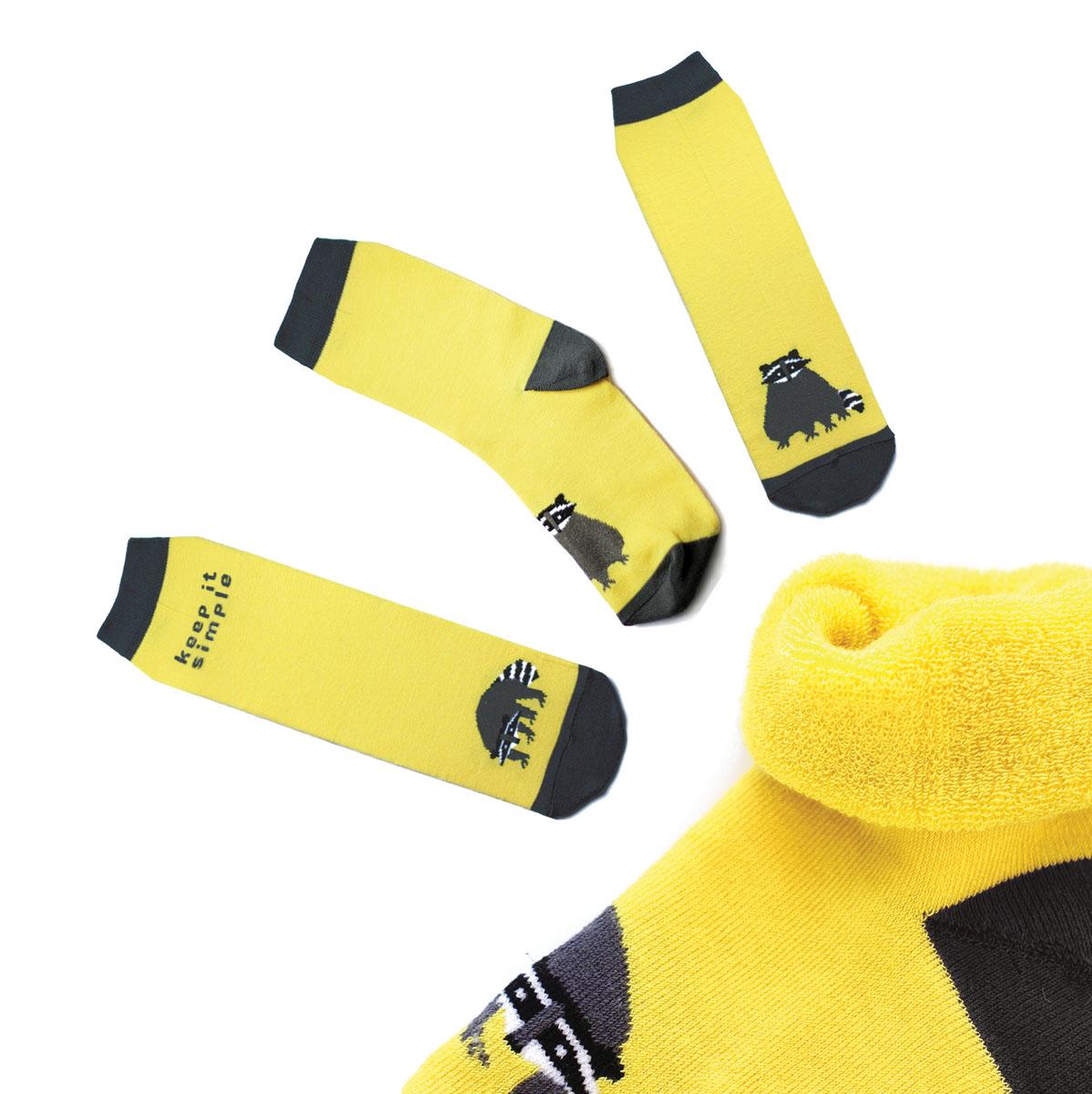 Носкиca1233_махровыеМужские махровые носки Big Bang Socks изготовлены из высококачественного хлопка с добавлением полиамидных и эластановых волокон, которые обеспечивают великолепную посадку. Носки отличаются ярким стильным дизайном, они оформлены изображением енота и надписью: Keep it simple. Удобная широкая резинка идеально облегает ногу и не пережимает сосуды, усиленные пятка и мысок повышают износоустойчивость носка, а удлиненный паголенок придает более эстетичный вид. Дизайнерские носки Big Bang Socks - яркая деталь в вашем образе и оригинальный подарок для друзей и близких.