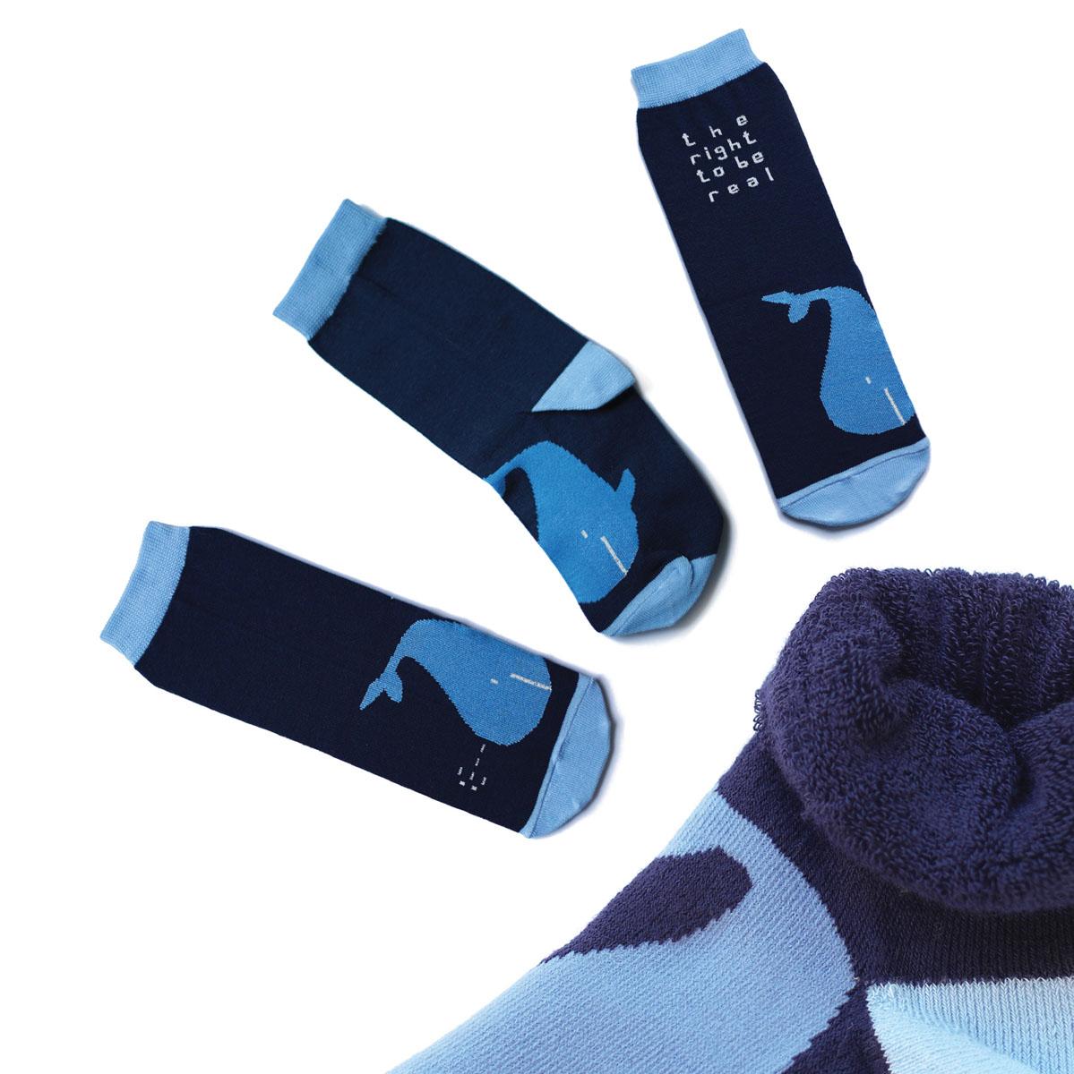 Носкиca1333_махровыеМужские махровые носки Big Bang Socks изготовлены из высококачественного хлопка с добавлением полиамидных и эластановых волокон, которые обеспечивают великолепную посадку. Носки отличаются ярким стильным дизайном, они оформлены изображением кита и надписью: The right to be real. Удобная широкая резинка идеально облегает ногу и не пережимает сосуды, усиленные пятка и мысок повышают износоустойчивость носка, а удлиненный паголенок придает более эстетичный вид. Дизайнерские носки Big Bang Socks - яркая деталь в вашем образе и оригинальный подарок для друзей и близких.