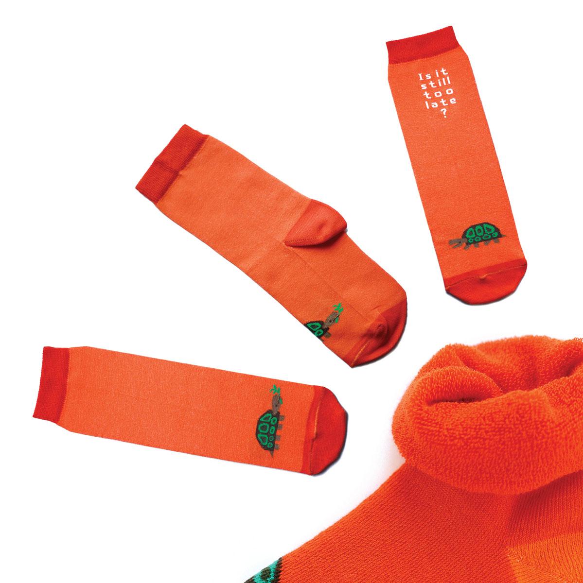 Носкиca1523Яркие женские носки Big Bang Socks изготовлены из высококачественного хлопка с добавлением полиамидных и эластановых волокон, которые обеспечивают великолепную посадку. Носки отличаются ярким стильным дизайном. Они оформлены изображением черепахи и надписью на английском языке. Удобная резинка идеально облегает ногу и не пережимает сосуды, усиленные пятка и мысок повышают износоустойчивость носка, а удлиненный паголенок придает более эстетичный вид. Дизайнерские носки Big Bang Socks - яркая деталь в вашем образе и оригинальный подарок для друзей и близких.