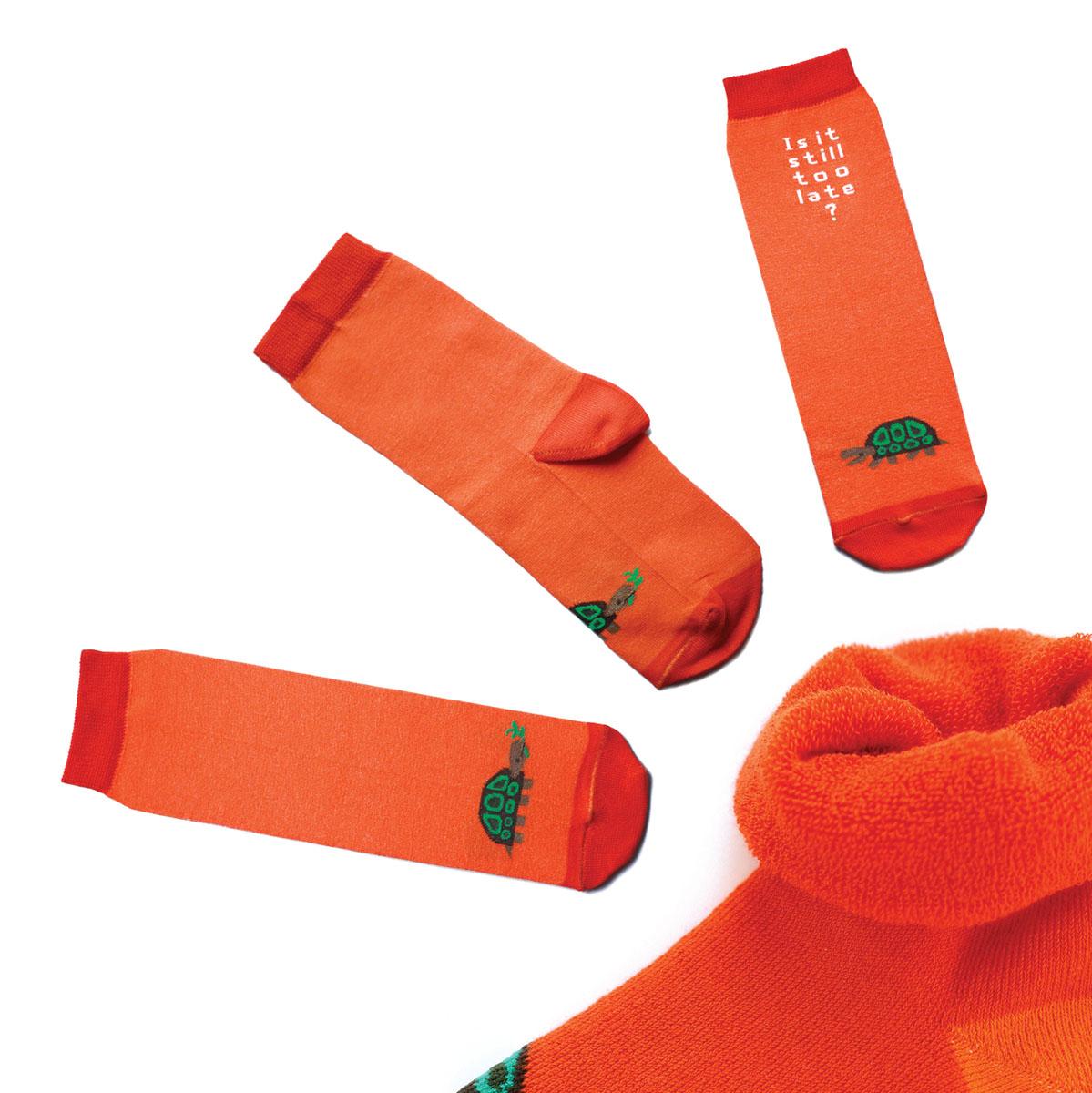 Носкиca1533_махровыеТеплые мужские махровые носки Big Bang Socks изготовлены из высококачественного хлопка с добавлением полиамидных и эластановых волокон, которые обеспечивают великолепную посадку. Носки отличаются ярким стильным дизайном, они оформлены изображением черепахи и надписью: Is it still to late?. Удобная широкая резинка идеально облегает ногу и не пережимает сосуды, усиленные пятка и мысок повышают износоустойчивость носка, а удлиненный паголенок придает более эстетичный вид. Дизайнерские носки Big Bang Socks - яркая деталь в вашем образе и оригинальный подарок для друзей и близких.