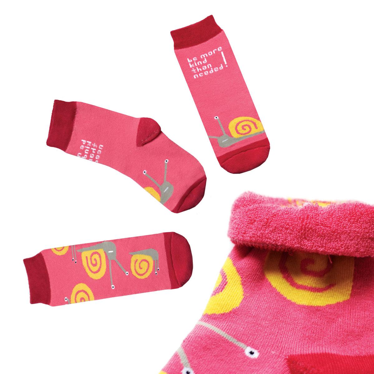 Носкиca1623Яркие женские носки Big Bang Socks изготовлены из высококачественного хлопка с добавлением полиамидных и эластановых волокон, которые обеспечивают великолепную посадку. Носки отличаются ярким стильным дизайном. Они оформлены изображением улиток и надписью на английском языке. Удобная резинка идеально облегает ногу и не пережимает сосуды, усиленные пятка и мысок повышают износоустойчивость носка, а удлиненный паголенок придает более эстетичный вид. Дизайнерские носки Big Bang Socks - яркая деталь в вашем образе и оригинальный подарок для друзей и близких.