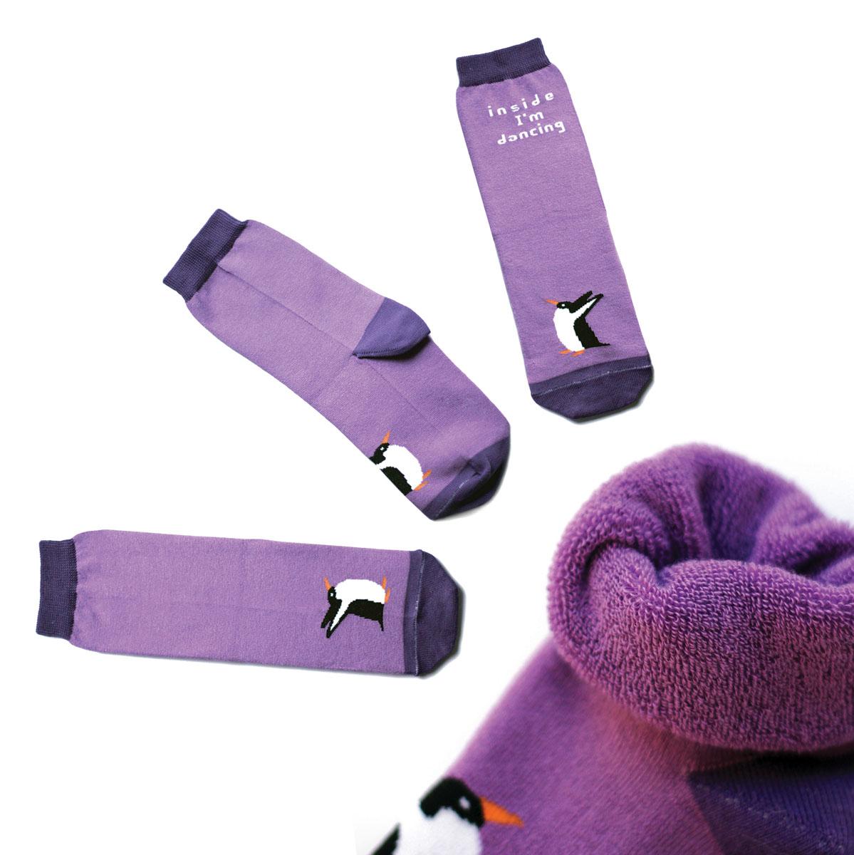 Носкиca1723Яркие женские носки Big Bang Socks изготовлены из высококачественного хлопка с добавлением полиамидных и эластановых волокон, которые обеспечивают великолепную посадку. Носки отличаются ярким стильным дизайном. Они оформлены изображением пингвина и надписью на английском языке. Удобная резинка идеально облегает ногу и не пережимает сосуды, усиленные пятка и мысок повышают износоустойчивость носка, а удлиненный паголенок придает более эстетичный вид. Дизайнерские носки Big Bang Socks - яркая деталь в вашем образе и оригинальный подарок для друзей и близких.