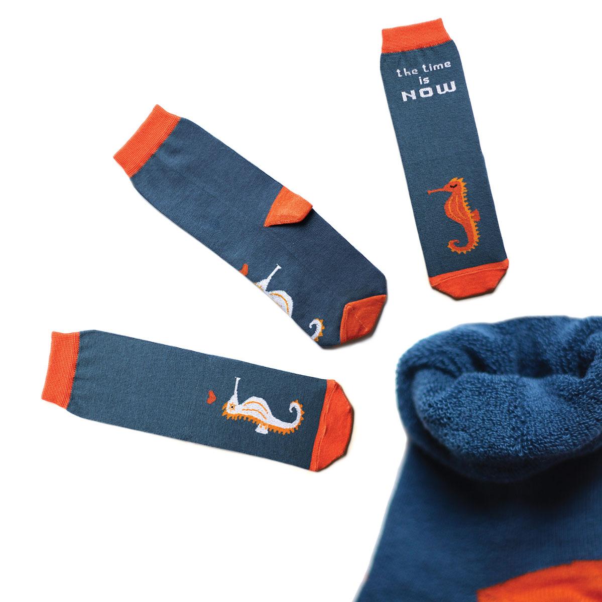 ca1933_махровыеТеплые мужские махровые носки Big Bang Socks изготовлены из высококачественного хлопка с добавлением полиамидных и эластановых волокон, которые обеспечивают великолепную посадку. Носки отличаются ярким стильным дизайном, они оформлены изображением морских коньков и надписью: The time is now. Удобная широкая резинка идеально облегает ногу и не пережимает сосуды, усиленные пятка и мысок повышают износоустойчивость носка, а удлиненный паголенок придает более эстетичный вид. Дизайнерские носки Big Bang Socks - яркая деталь в вашем образе и оригинальный подарок для друзей и близких.