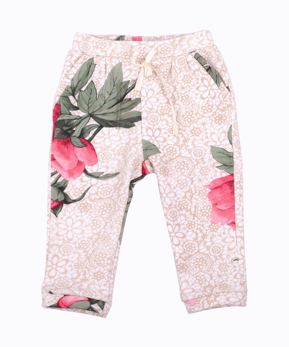216GBGC5601Что может быть удобнее трикотажных брюк? Их важность в гардеробе ребенка невозможно переоценить. Но не только 100% комфорт, но и превосходный внешний вид делают эти брюки для малышей ярким акцентом повседневного образа. Модные брюки выполнены из футера с оригинальным принтом. Рисунок ткани - крупные цветы на нежном кружевном фоне придает модели динамику и индивидуальность. Купить красивые брюки для девочки из мягкого трикотажа, значит, сделать каждый день ребенка комфортным!