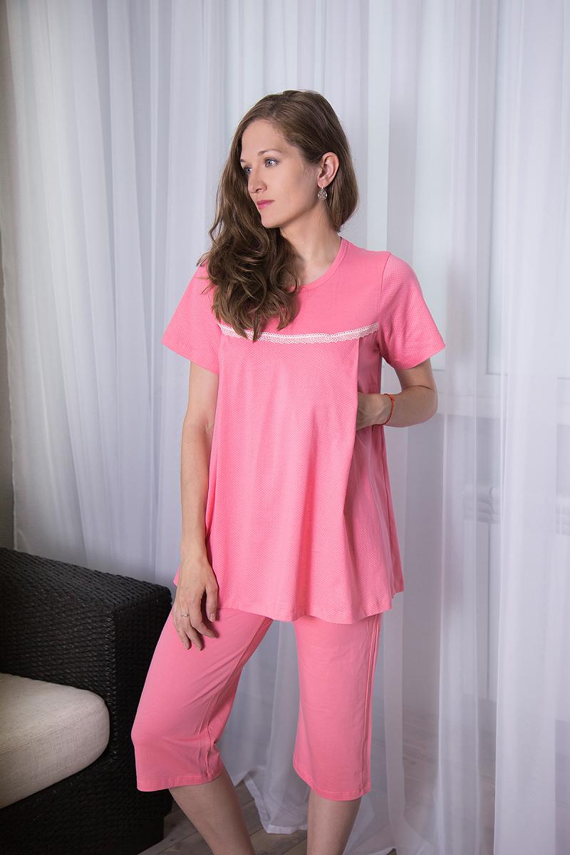 Комплект одежды7117140702Комплект для беременных и кормящих Violett, изготовленный из натурального хлопка, включает футболку и бриджи. Универсальность этого комплекта заключается в том, что его можно носить как во время беременности, так и после рождения ребенка. Футболка трапециевидного силуэта с круглым вырезом горловины и короткими рукавами спереди имеет скрытые прорези, что обеспечивает легкий доступ к груди для комфортного кормления малыша, а также максимального удобства ночных кормлений. Модель оформлена мелким принтом в горох, а на груди декорирована однотонной вставкой с эластичной оборкой понизу. Однотонные бриджи длиной немного ниже колена дополнены на талии эластичной резинкой с затягивающимся шнурком.