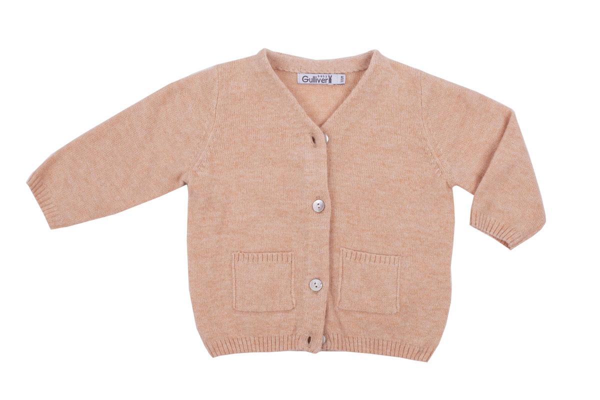 Кофта216GBUNC3501Вязаная кофта для малыша Gulliver Baby прекрасно дополнит ползунки, футболку, боди, придав комплекту уют и комфорт. Благородный цвет, накладные карманы, застежка на пуговицы и деликатная фирменная нашивка на спинке делают изделие полноценным и завершенным.