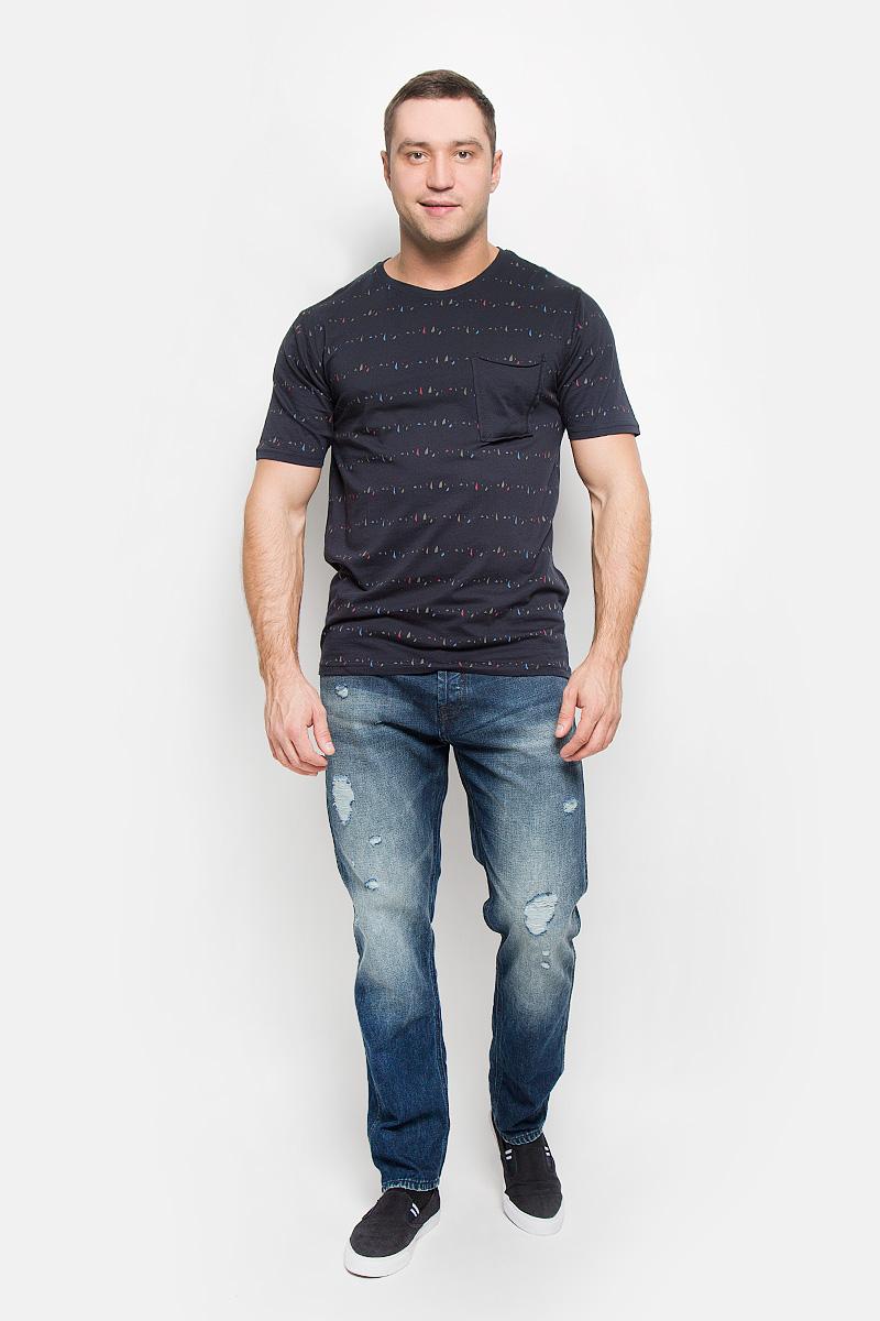 Футболка22004095_Dark NavyМужская футболка Only & Sons, выполненная из натурального хлопка, идеально подойдет для повседневной носки. Материал очень мягкий и тактильно приятный, не стесняет движений, обладает высокими дышащими свойствами. Плоские швы изделия обеспечивают комфорт и не вызывают раздражений. Футболка с круглым вырезом горловины и короткими рукавами оформлена мелким принтом. Вырез горловины дополнен трикотажной резинкой. На груди расположен оригинальный накладной карман. Модель украшена фирменной нашивкой. Такая футболка займет достойное место в вашем гардеробе!