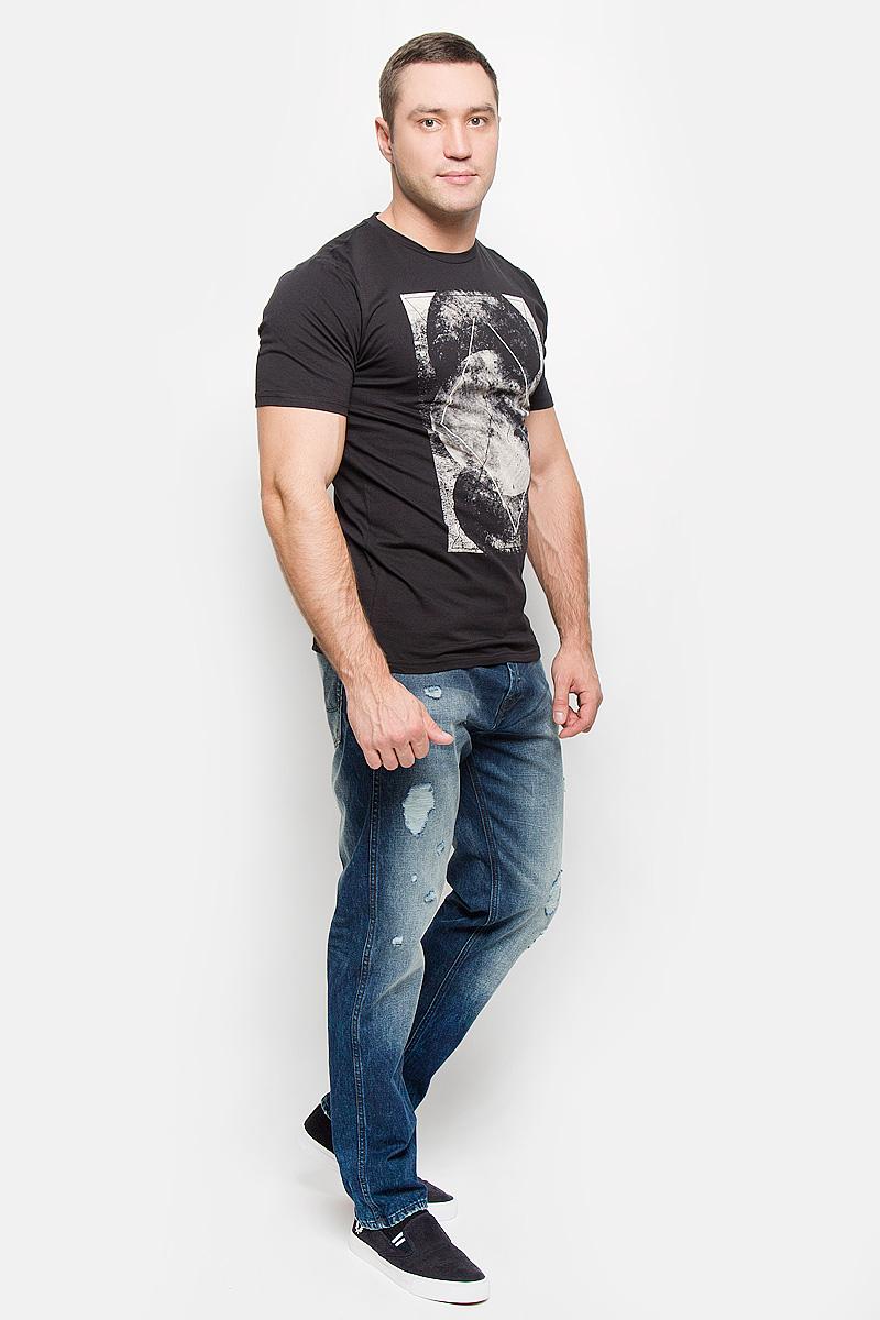 22004507_BlackМужская футболка Only & Sons, выполненная из натурального хлопка, идеально подойдет для повседневной носки. Материал очень мягкий и тактильно приятный, не стесняет движений, обладает высокими дышащими свойствами. Футболка с круглым вырезом горловины и короткими рукавами оформлена оригинальным принтом. Изделие украшено фирменной нашивкой. Такая футболка займет достойное место в вашем гардеробе и обеспечит вам комфорт в течение всего дня!