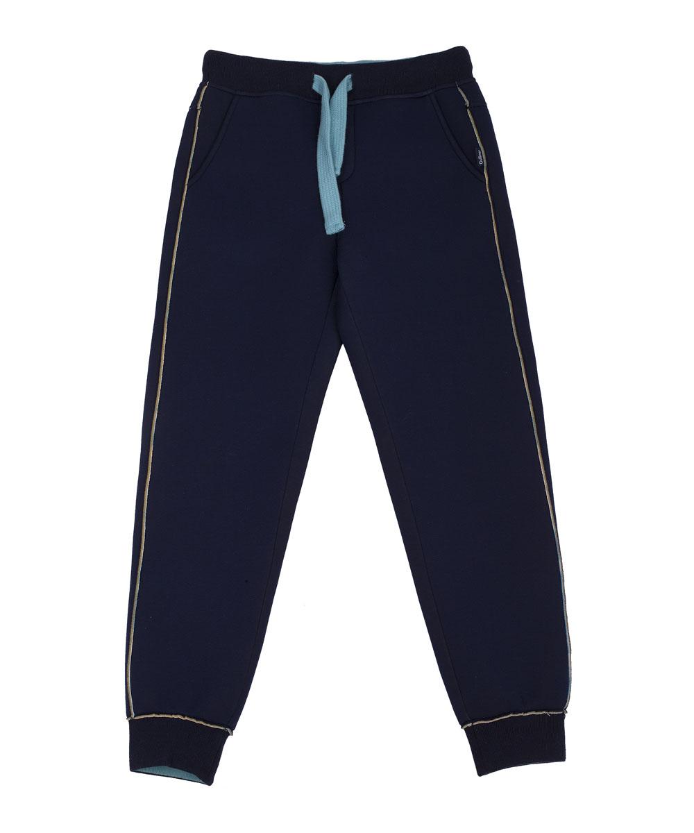 Брюки21608BKC5602Прекрасные синие брюки из неопрена - идеальный вариант для прогулок в прохладный день! Детские брюки не стесняют движений и отлично держат форму. В них сделано все, чтобы активно двигаться и играть. Контрастная брендированная резинка придает модели изюминку, а также значительно упрощает процесс одевания-раздевания.